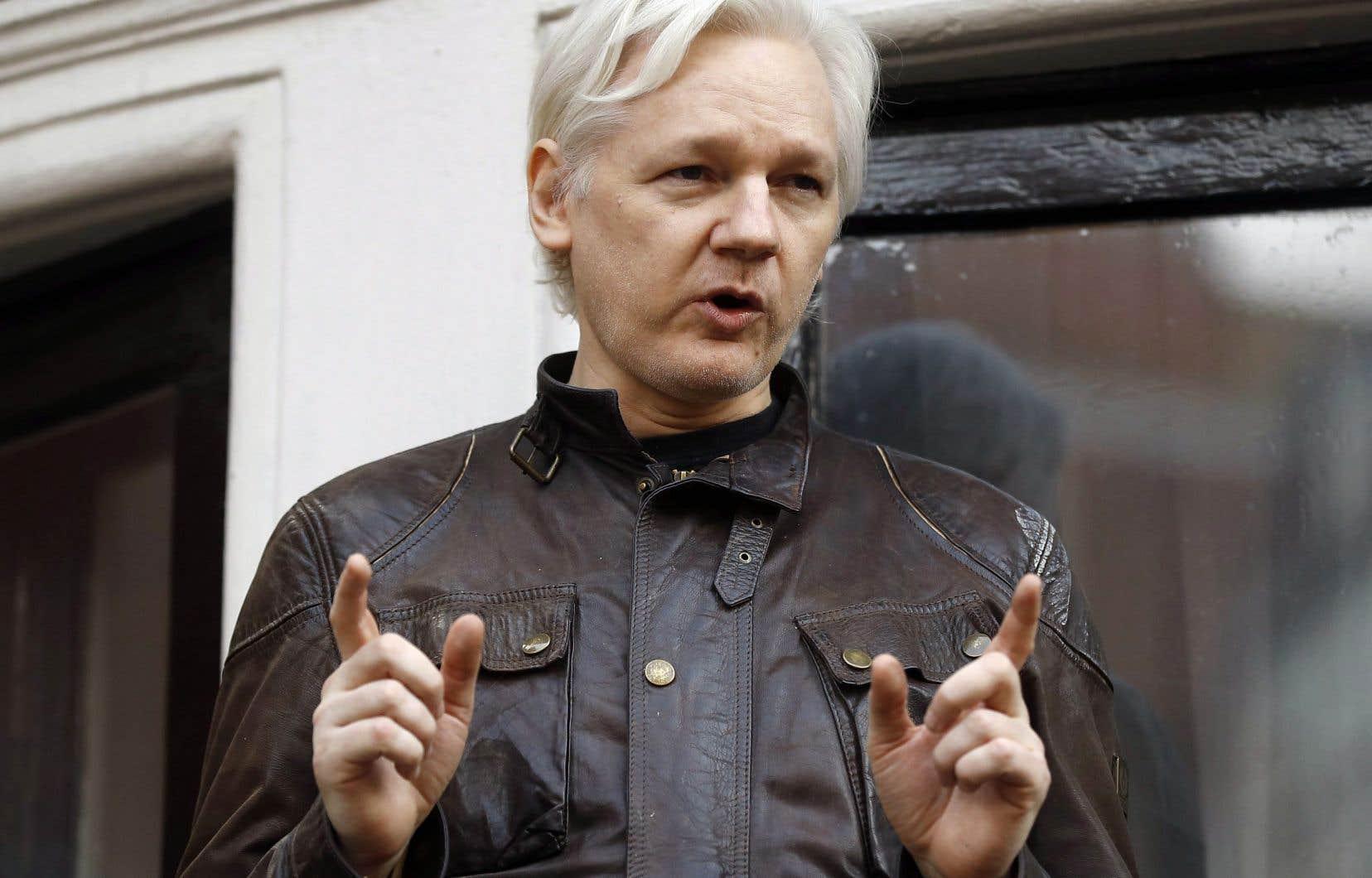 Assange «accuse le gouvernement de l'Équateur de violer ses droits fondamentaux et sa liberté».