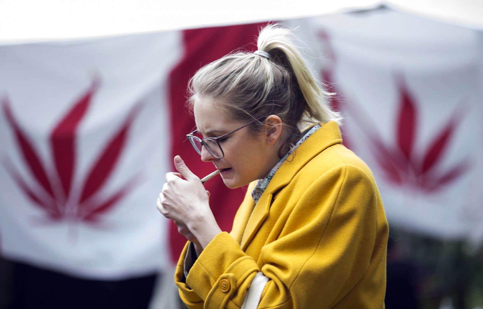 De nombreux consommateurs de cannabis, comme cette femme qui fumait dans un parc de Toronto, mercredi, exposeront d'autres personnes à de la fumée secondaire.