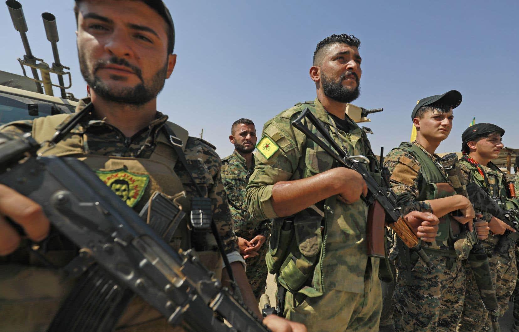 Des combattants des Forces démocratiques syriennes, faisant partie de la coalition internationale dirigée par les États-Unis