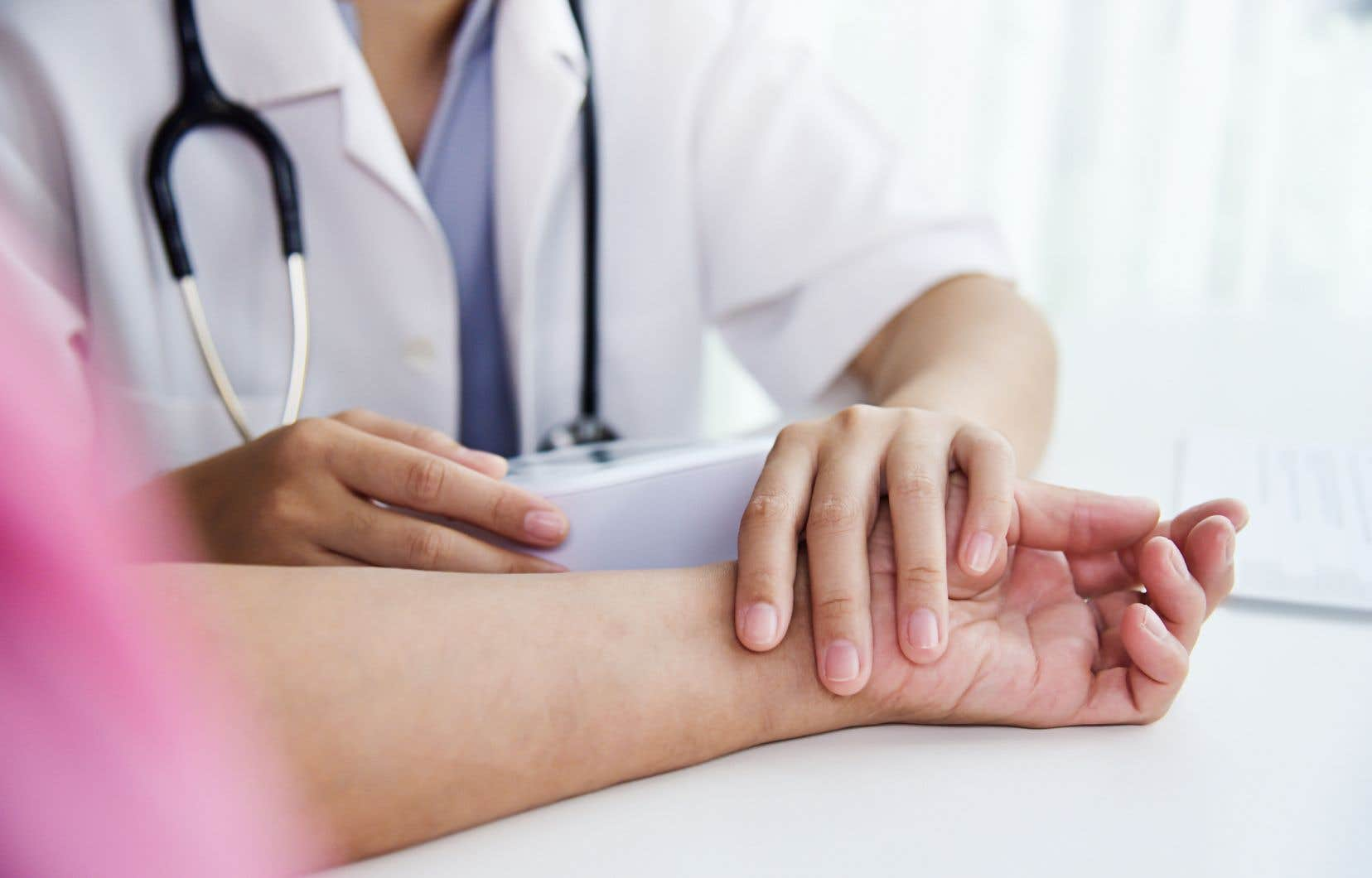 La myélite flasque aiguë, provoque une faiblesse musculaire dans un ou plusieurs membres et survient généralement après une infection virale.