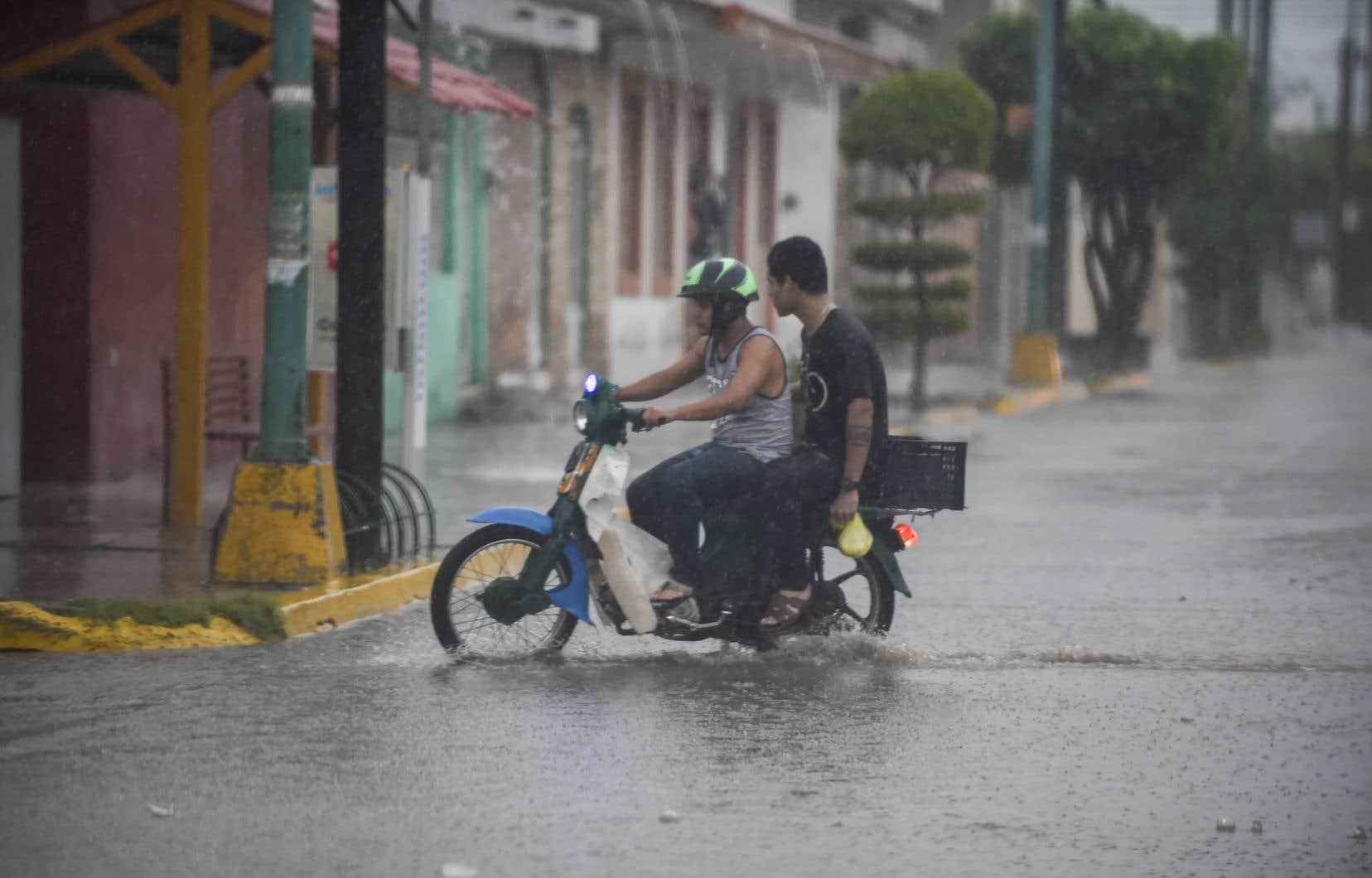 À Escuinapa, une ville de 30 000 habitants où doit frapper l'oeil de l'ouragan «Willa», plusieurs rues ont été déjà inondées.