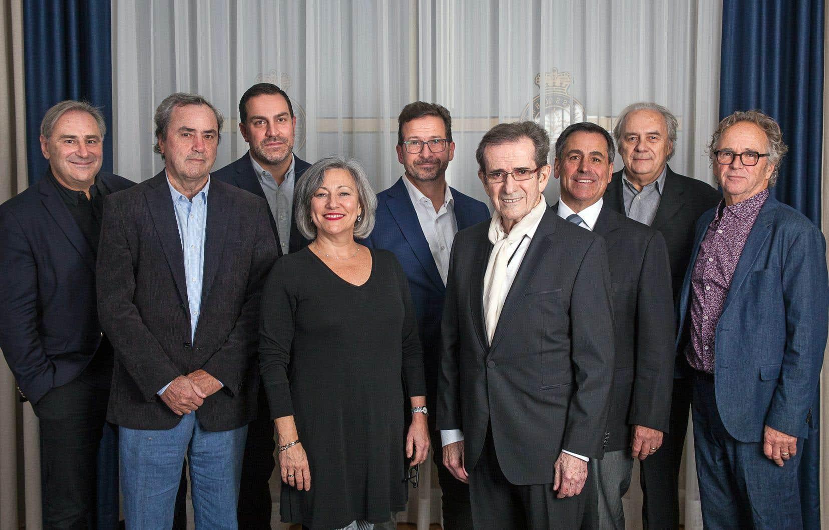 D'actuels et d'anciens dirigeants de l'ADISQ se sont réunis mardi soir pour réfléchir sur les défis propres à l'avenir. De gauche à droite: Jacques K. Primeau, Michel Sabourin, Philippe Archam-bault, Solange Drouin, Yves-François Blan-chet, Guy Latra-verse, Pierre Rodrigue, André Ménard et Paul Dupont-Hébert.