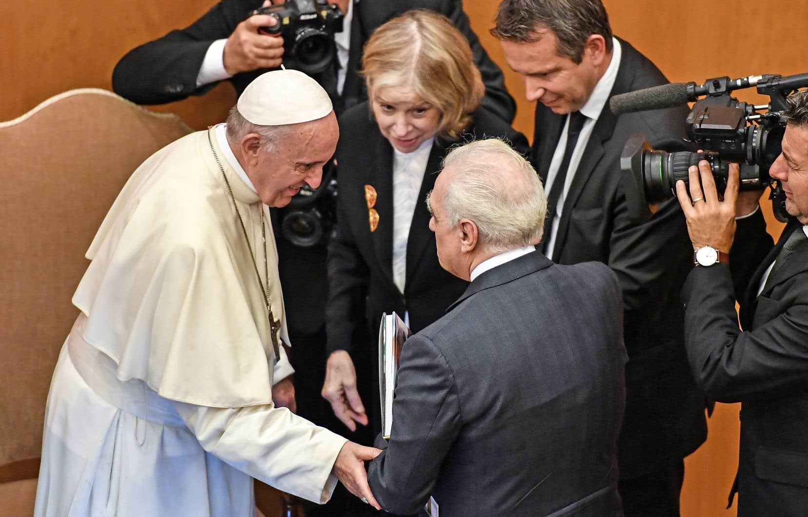 Le pape François a rencontré le réalisateur Martin Scorsese et son épouse, Helen Morris, dans le cadre d'un événement placé sous le thème «La sagesse du temps», mardi à Rome.