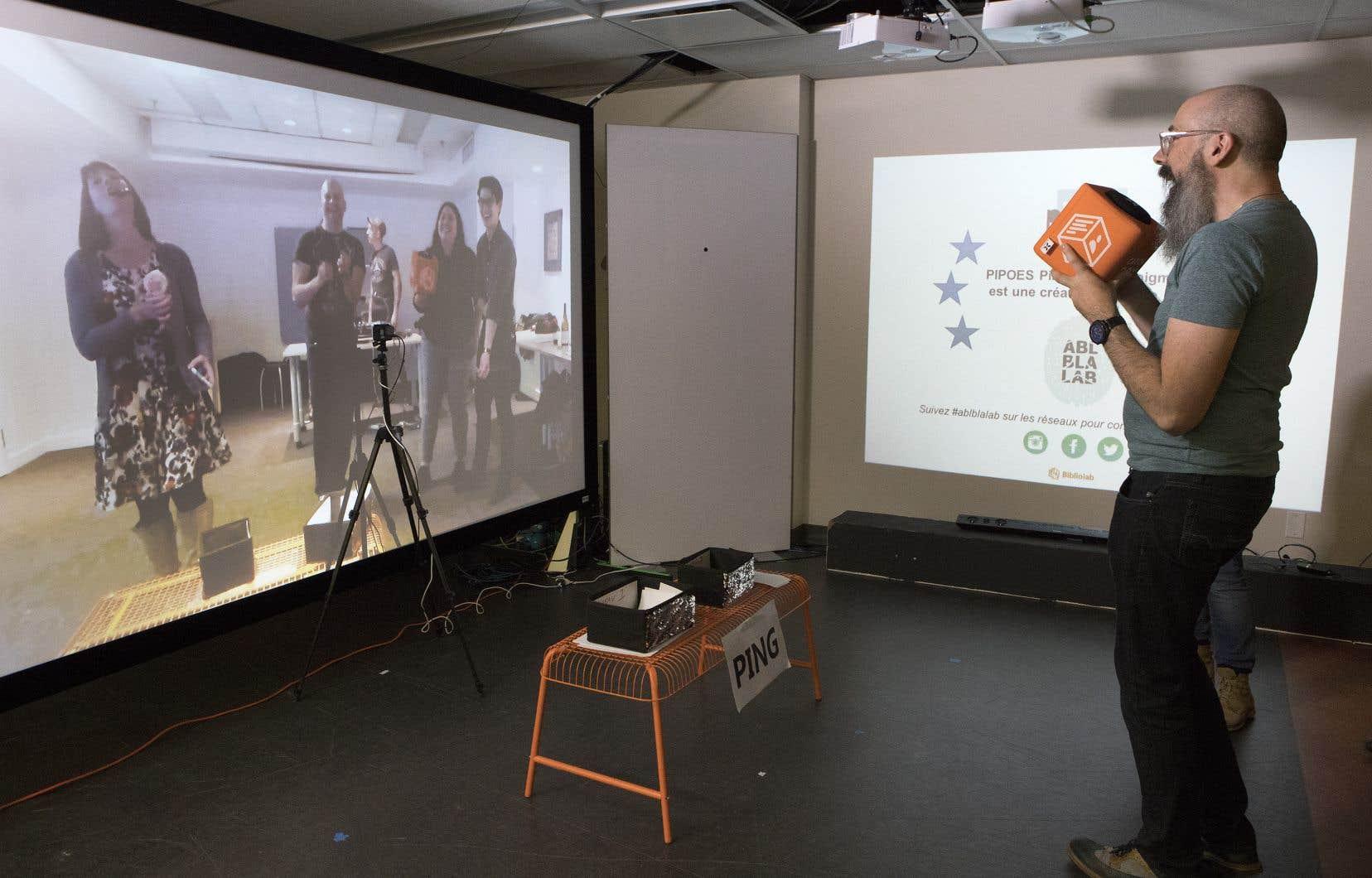 Le bibliothécaire Maxime Beaulieu teste Bibliolab, un dispositif qui permet à plusieurs groupes d'échanger en temps réel, à distance.