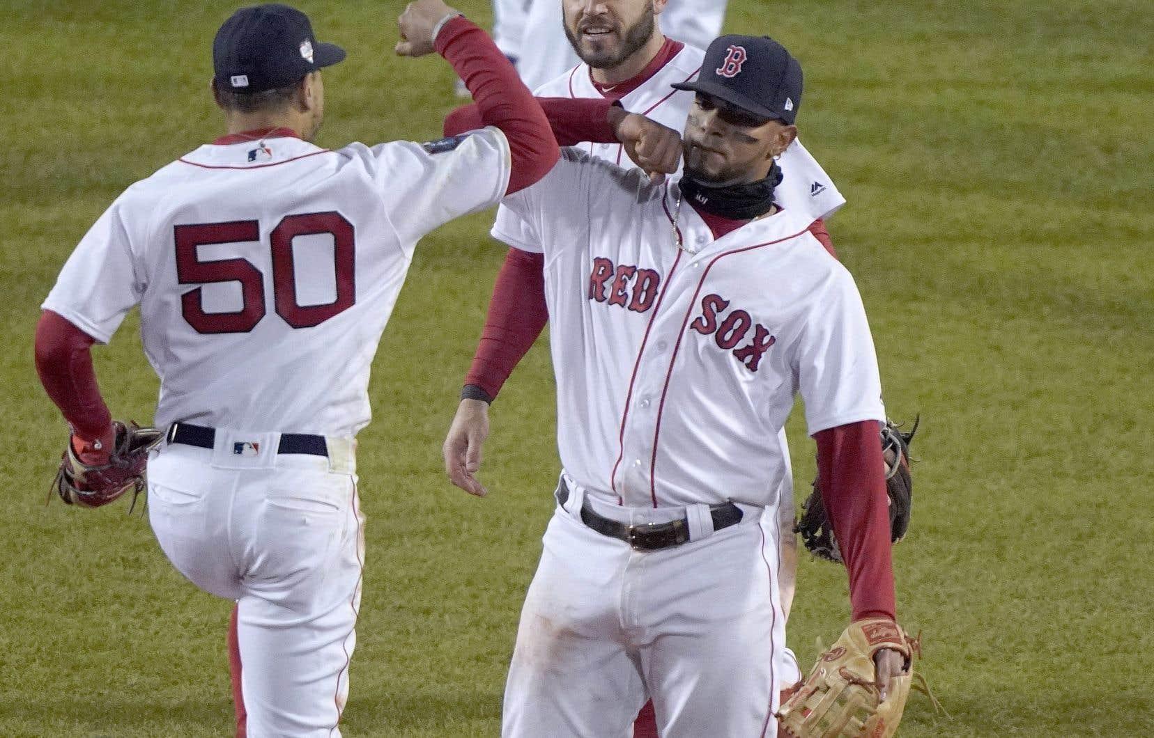 Mookie Betts (à gauche) et Xander Bogaerts célébrant leur deuxième victoire sur les Dodgers de Los Angeles