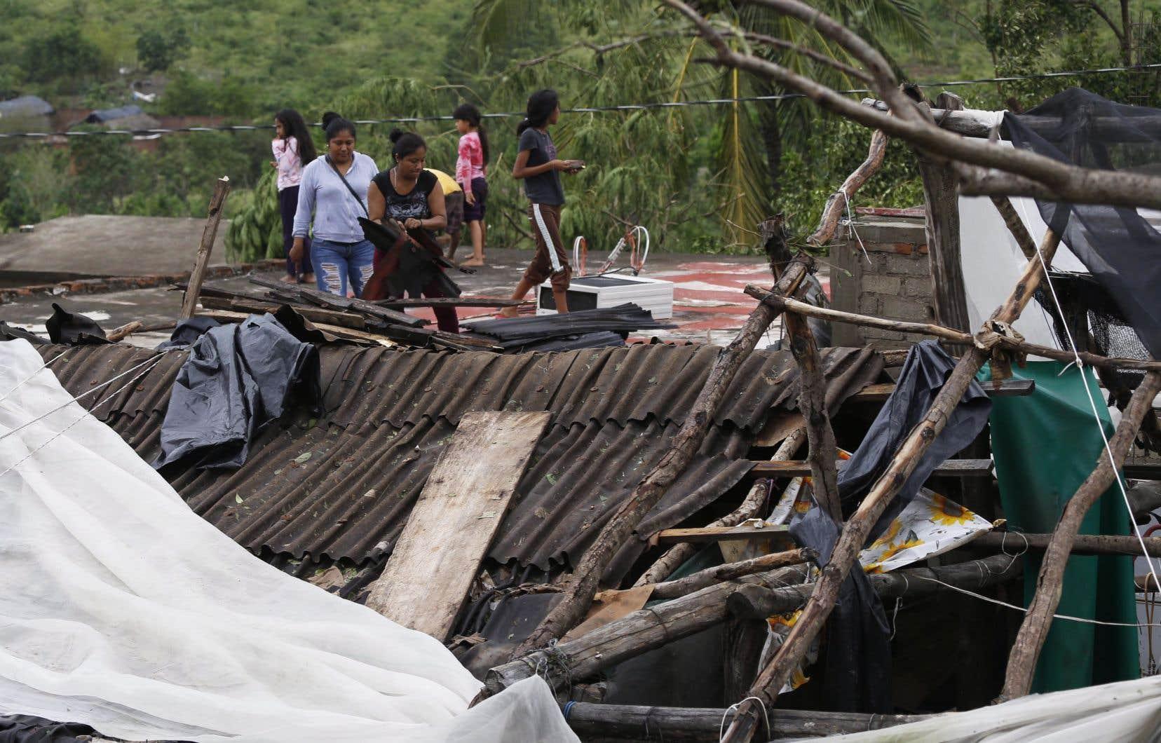 Les vents de 195 km/h qui accompagnaient la tempête ont renversé des cabanes de bois et arraché des toits de métal dans la municipalité d'Escuinapa.