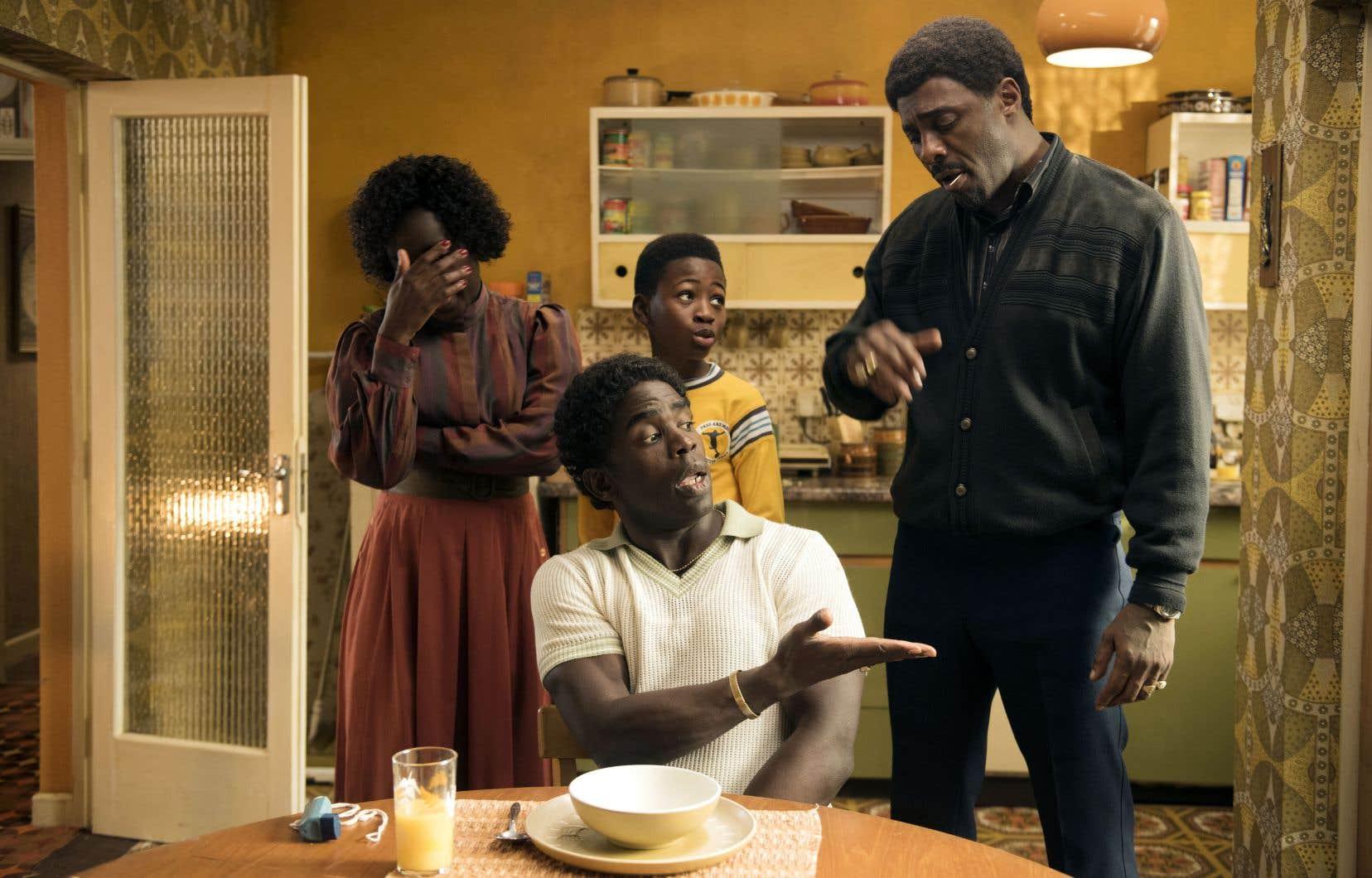 En filigrane de cette comédie familiale et sociale aux accents loufoques et nostalgiques, la question raciale est abordée avec délicatesse et un humour de circonstance.