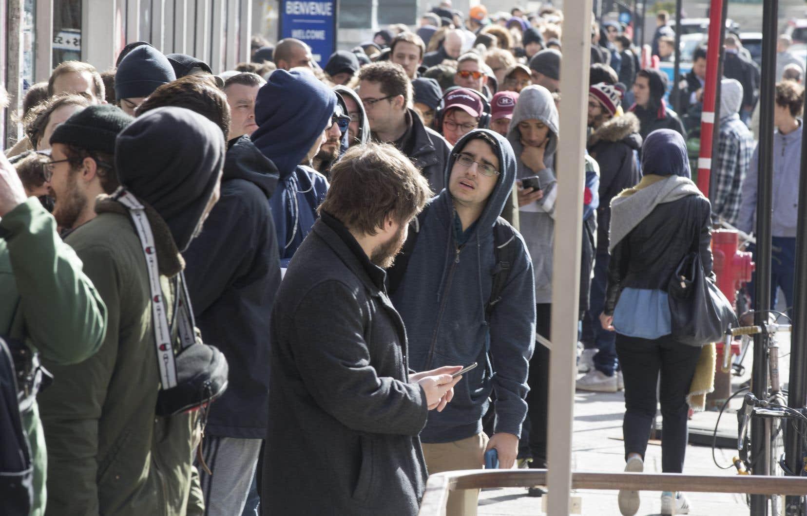 Les boutiques de la SQDC ont été prises d'assaut par les consommateurs de cannabis dès le premier jour, entraînant une pénurie croissante, les producteurs n'arrivant pas à suivre la demande.