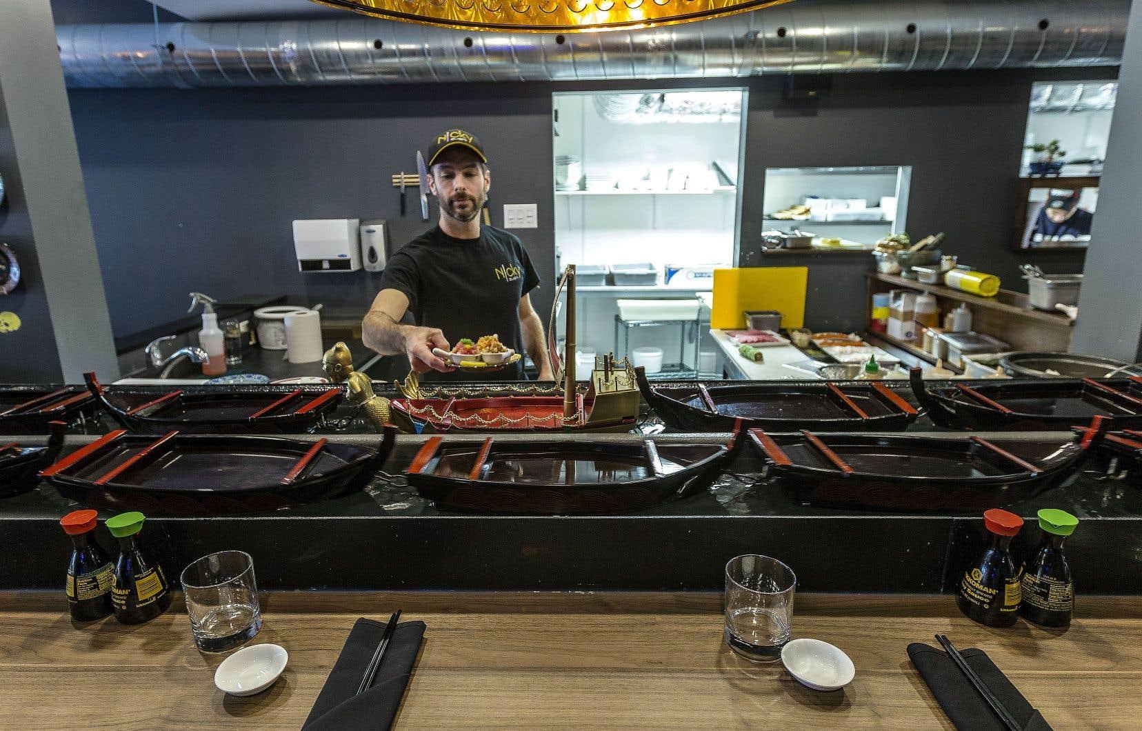 Dans ce resto de «sushi rotatif», les plats préparés à mesure sont présentés en libre-service sur un tapis roulant ou un autre dispositif qui les fait circuler devant les clients.