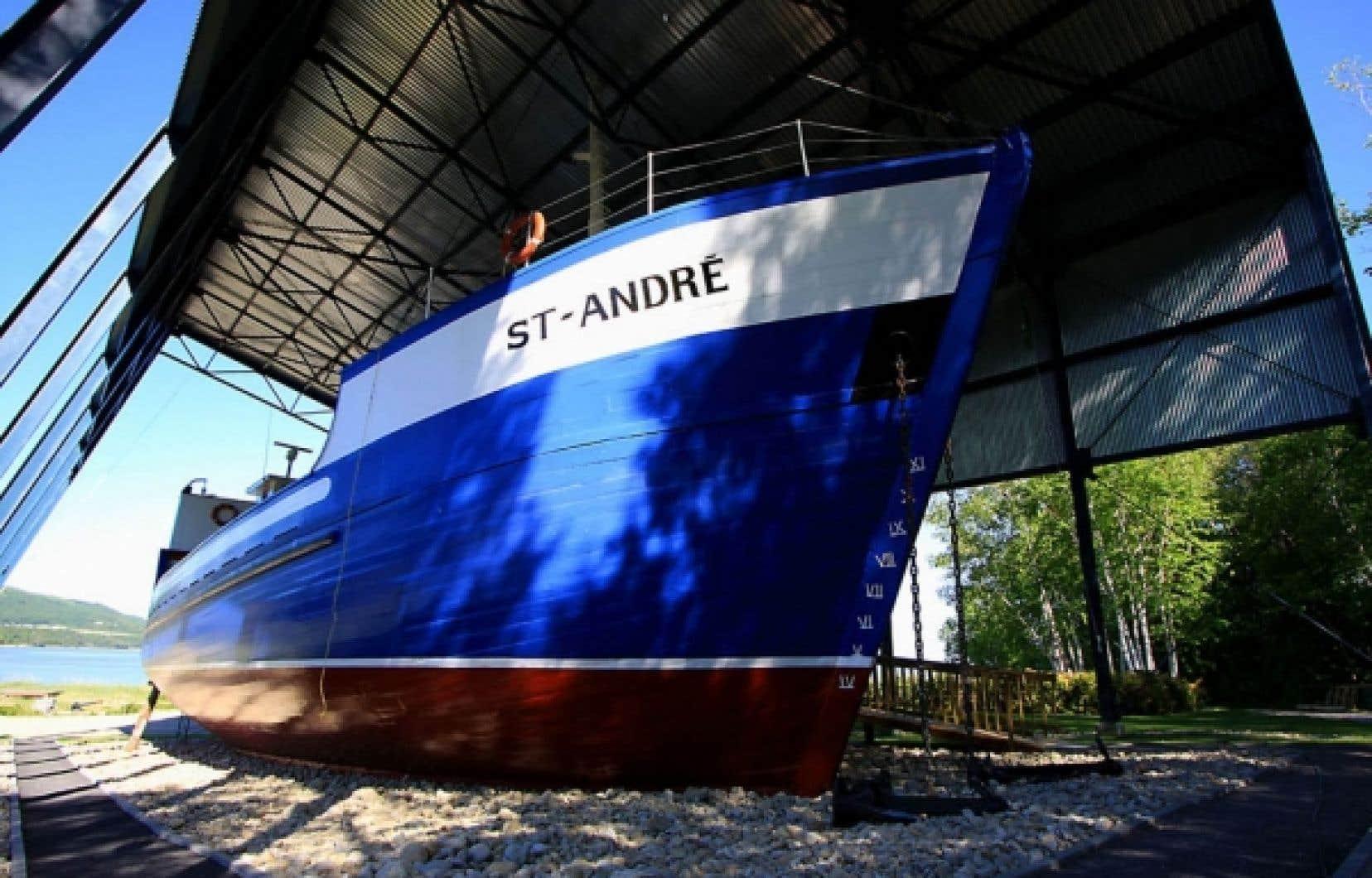 La goélette «Saint-André» (1956). Cette dernière a été classée bien culturel en 1978 et elle représente le dernier type évolutif de vaisseaux à fond plat en usage sur le Saint-Laurent.