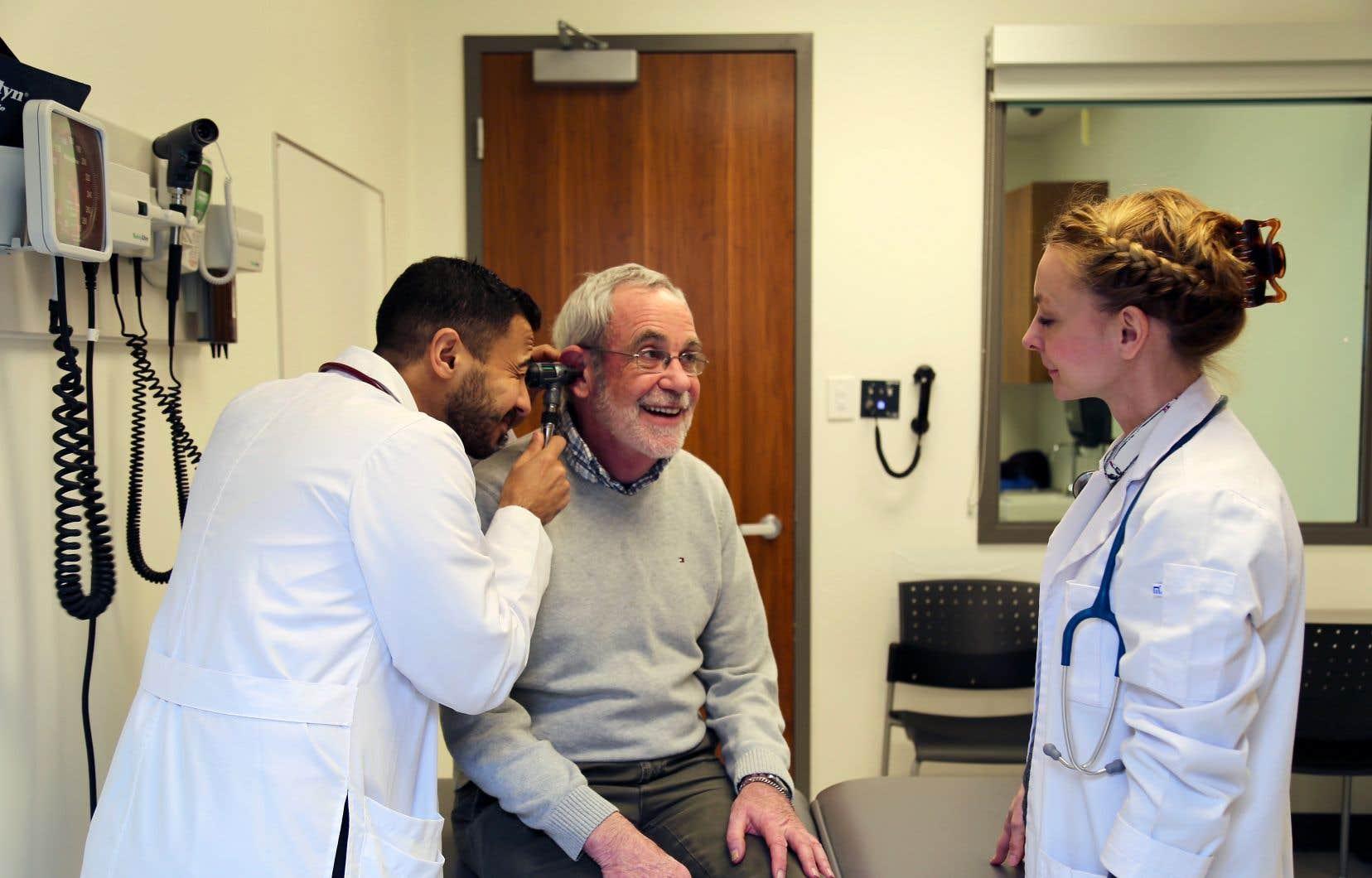 Parmi les «patients» embauchés par l'Université de Queen's, certains sont des acteurs professionnels et des membres de la communauté théâtrale de la ville, tandis que d'autres sont des étudiants ou des retraités.