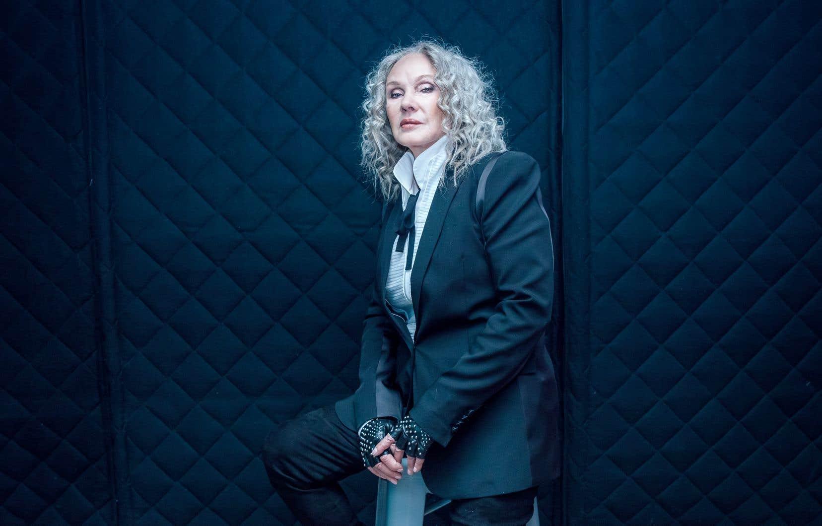 Dans ce nouvel opus, Diane Dufresne chante quelques-uns de ses propres textes, dont «Le temps me fait la peau», qui raconte l'épreuve de vieillir.
