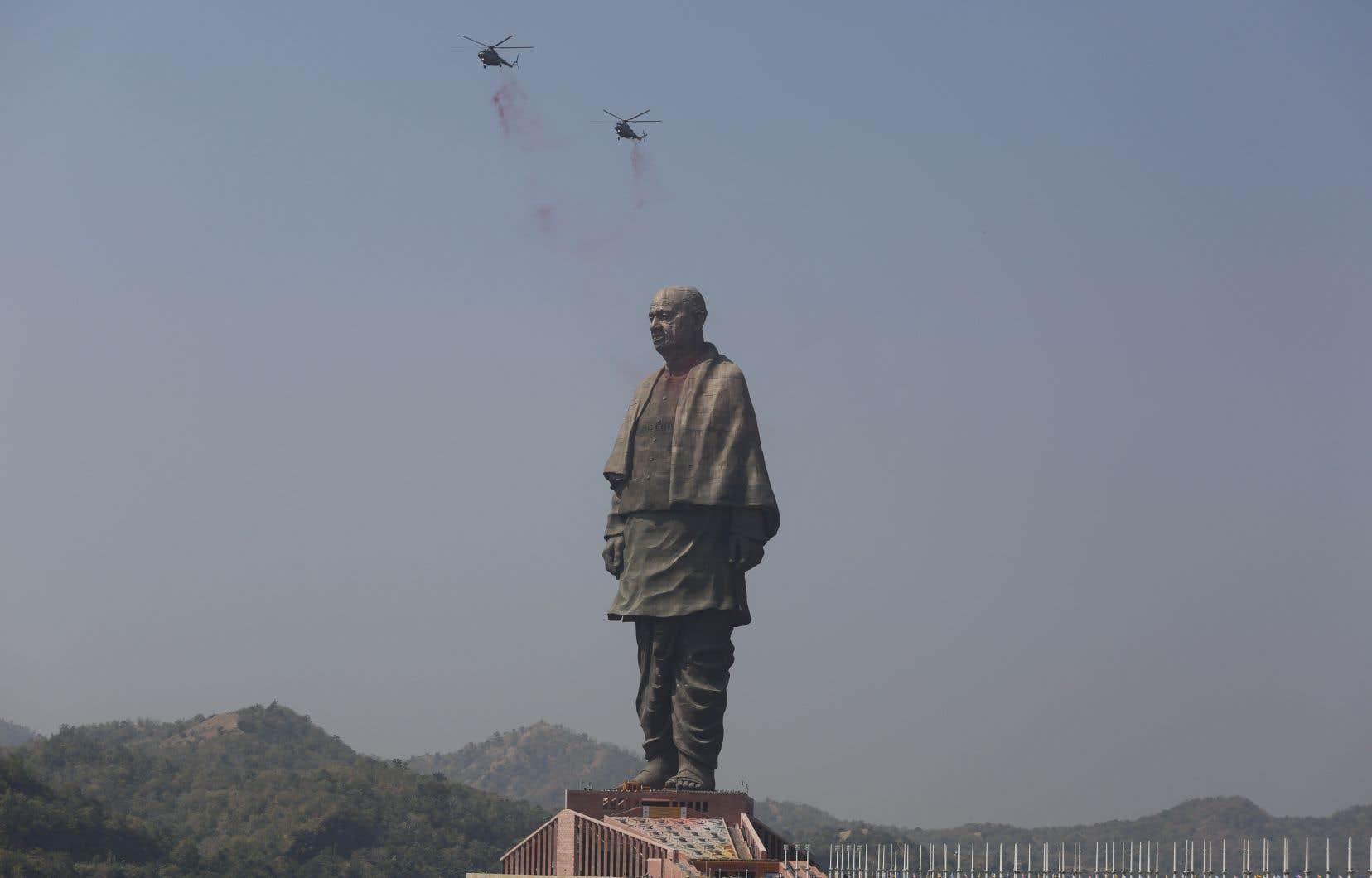 Des hélicoptères jettent des pétales de fleurs sur la«Statue de l'Unité» nouvellement inaugurée, mercredi.