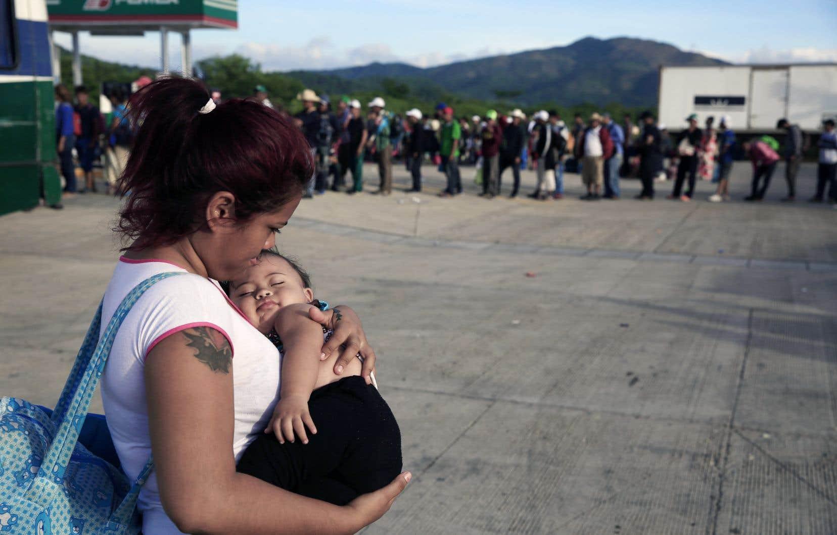 Une femme et son enfant faisant partie d'une des «caravanes» de migrants présentement de passage au Mexique