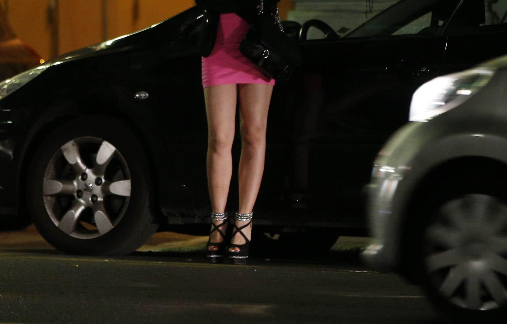 «La pauvreté, les guerres, les conflits armés et les catastrophes, le racisme, l'idéologie consumériste, la pornographie et la sexualisation précoce des jeunes filles sont les facteurs structurels contribuant à la prostitution», avance l'auteure.
