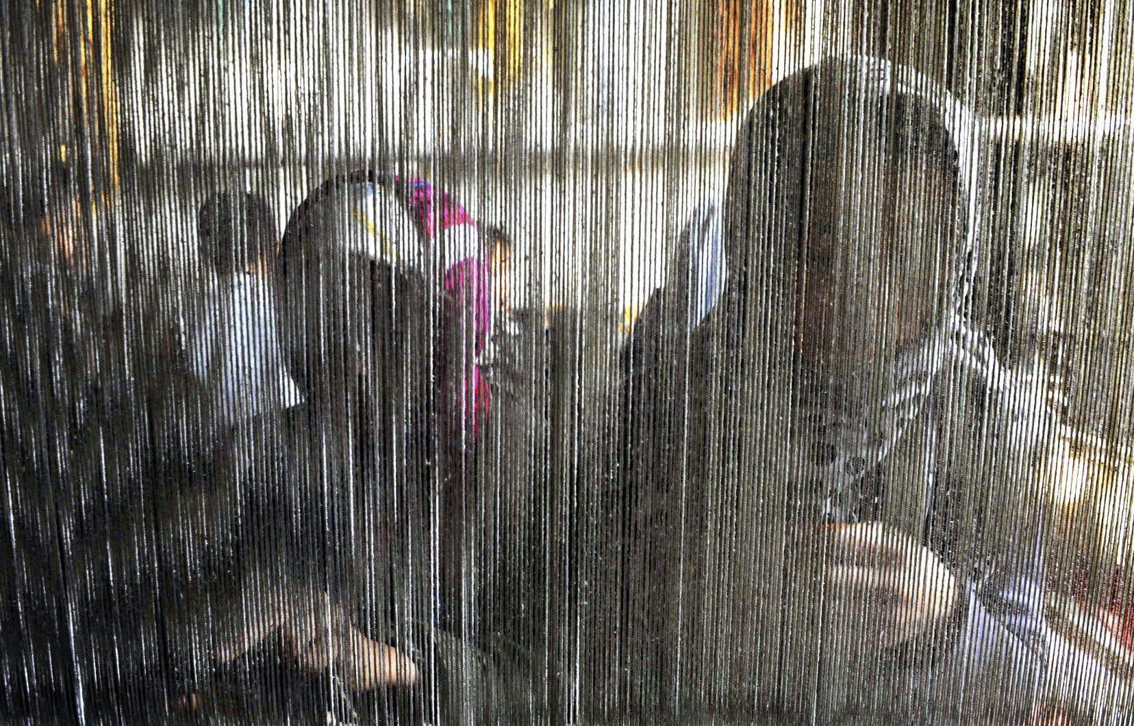 De jeunes Afghans travaillent à tisser des tapis destinés à l'exportation.