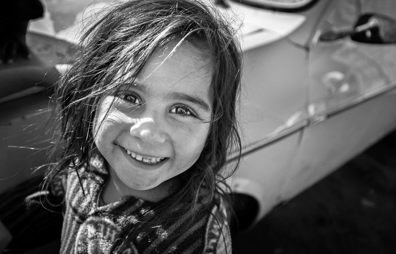 Gazal, enfant syrienne, fut photographiée en 2015 dans son camp de la région de l'Akkar, où elle vivait toujours en 2017 avec sa mère et sa plus jeune soeur. En deux ans, sa situation n'avait en rien changé. La jeune fille allait régulièrement suivre des cours dans une école de fortune mise sur pied par une ONG internationale, mais l'éducation offerte n'était évidemment pas suffisante, note le photographe