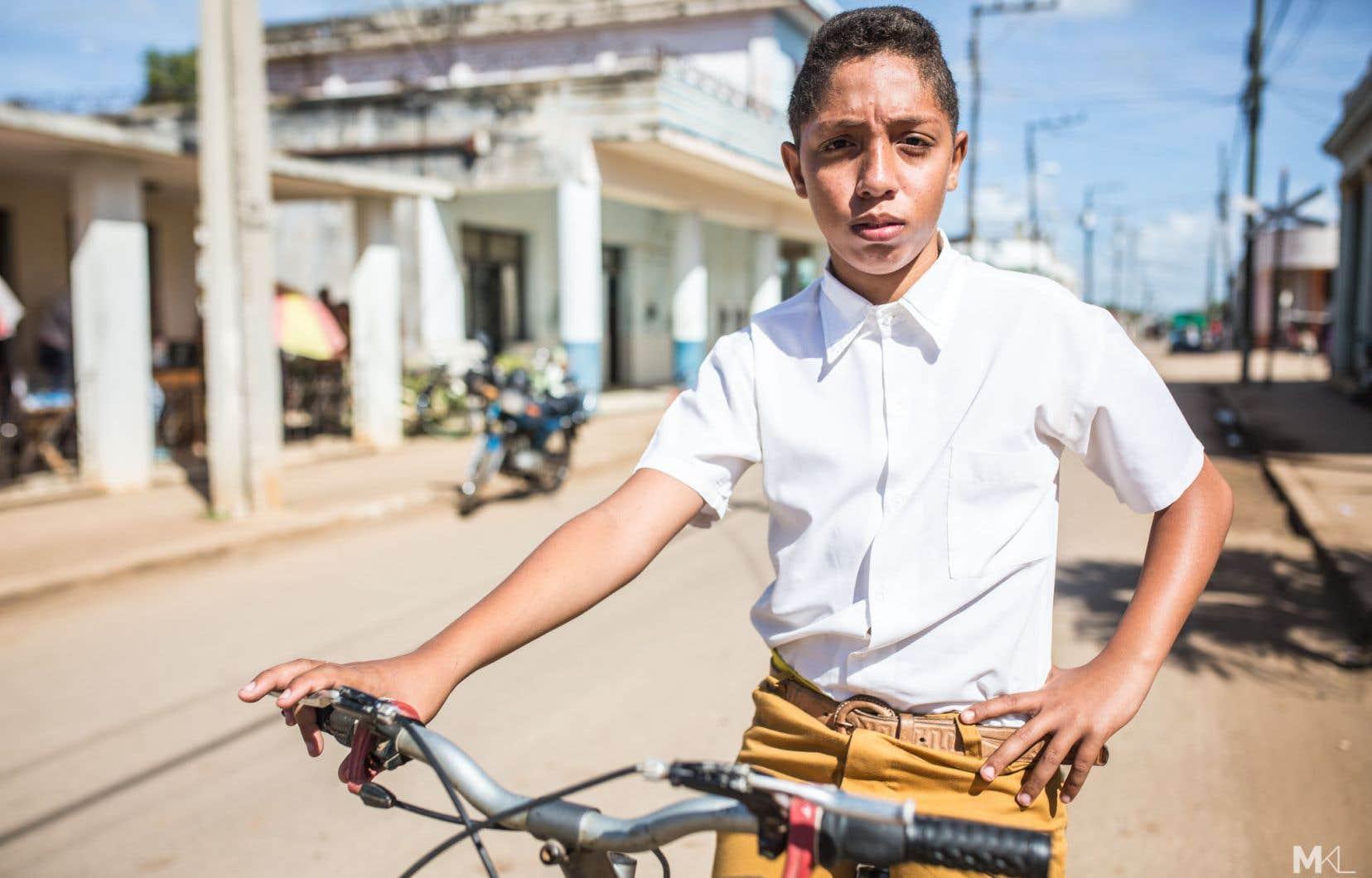 Kevin Luis Sirva Gonzalez, 13 ans, est élève en huitième année au lycée Capitan San Luis. «J'habite à 2 km de l'école, dit-il. Avant, j'allais à pied à l'école et je me sentais très fatigué. Quelquefois, j'arrivais en retard et je ne pouvais pas déjeuner. Le vélo m'a permis d'arriver plus tôt à l'école, moins fatigué. J'ai plus de temps pour faire mes devoirs.»