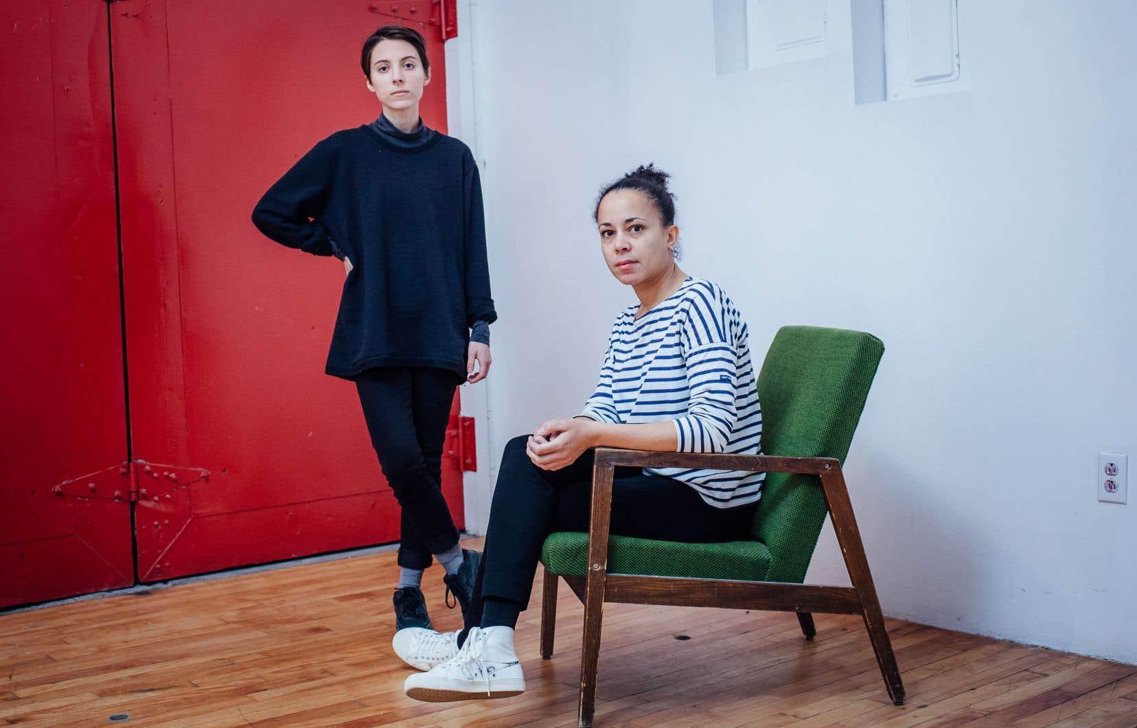 Roxane Halary, performeuse et coordonnatrice aux communications, et Natacha Clitandre (assise), artiste et coordonnatrice à la programmation pour le centre d'artistes féministe Studio XX