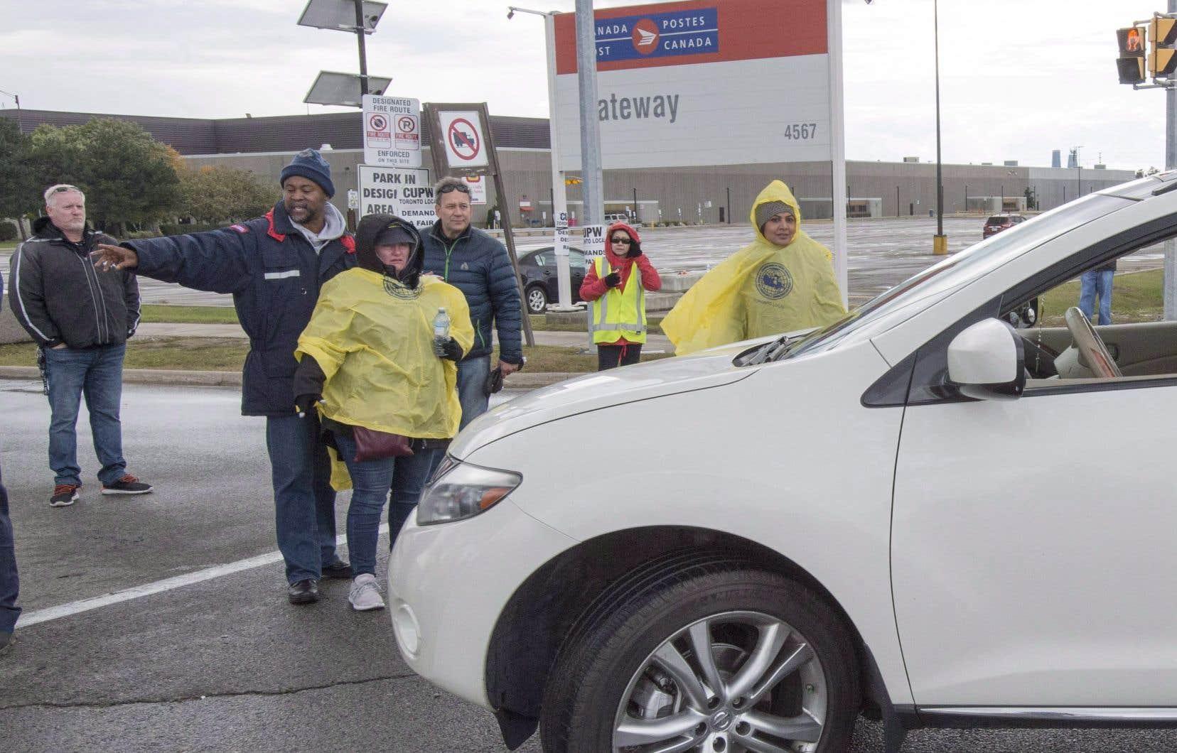 La direction de Postes Canada dit faire face à des retards de livraisons de plusieurs jours en raison de l'intensification du mouvement de grève des syndiqués.