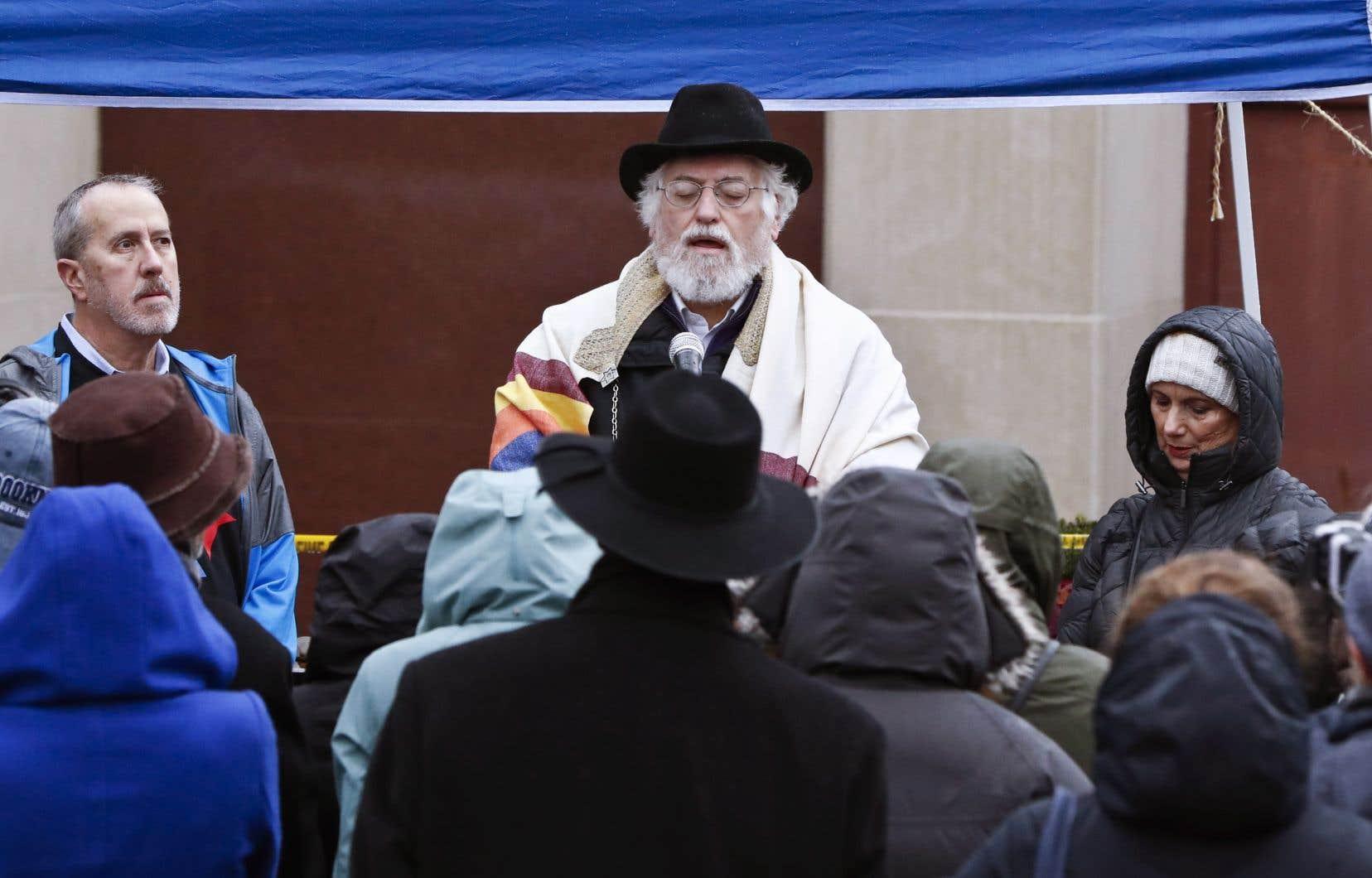 L'ancien rabbin de la synagogue Tree of Life, Chuck Diamond, a présidé une cérémonie d'une durée de 45 minutes comprenant des prières, des chansons et de la poésie.