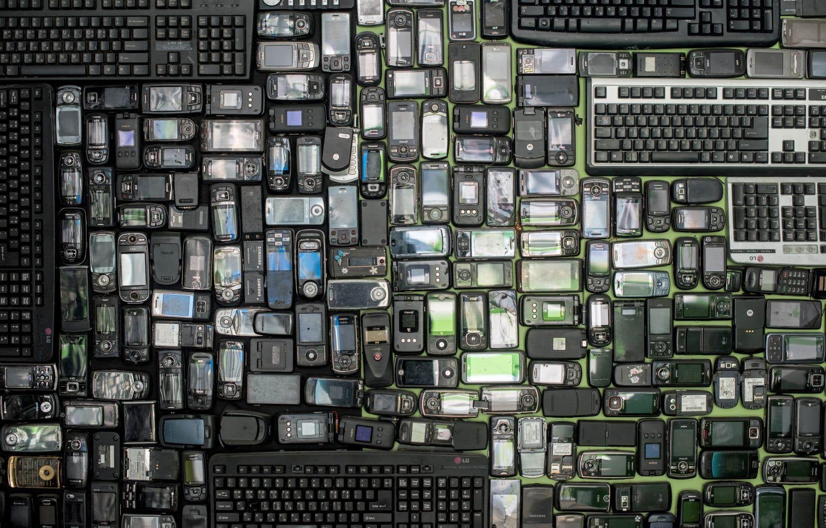 Les téléphones sont parmi les appareils électroniques qui sont les plus rapidement remplacés… et les moins recyclés. Or, la fabrication d'un téléphone intelligent requiert 70kg de matière première (jusqu'à 60 métaux différents) et génère environ 32kg de CO2, selon les données de HOP, une association française militant contre l'obsolescence programmée.
