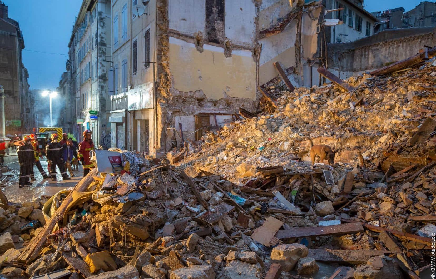 Après l'effondrement des deux bâtiments vétustes lundi matin, suivi de l'écroulement partiel d'un troisième bâtiment mitoyen en fin de journée, les secours tentent de retrouver des survivants.