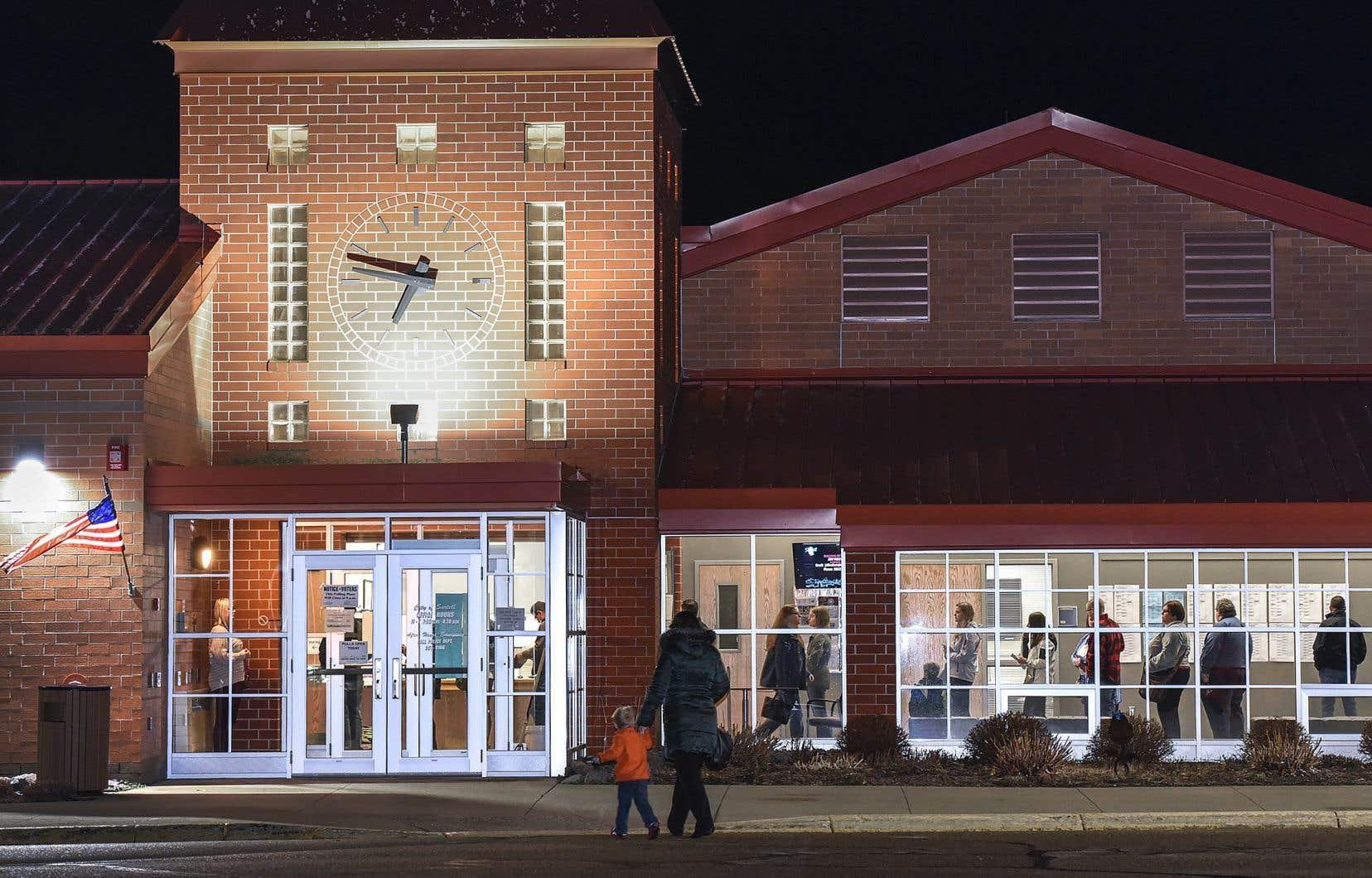 Des électeurs font la file, mardi en soirée, dans un bureau de scrutin du Minnesota.