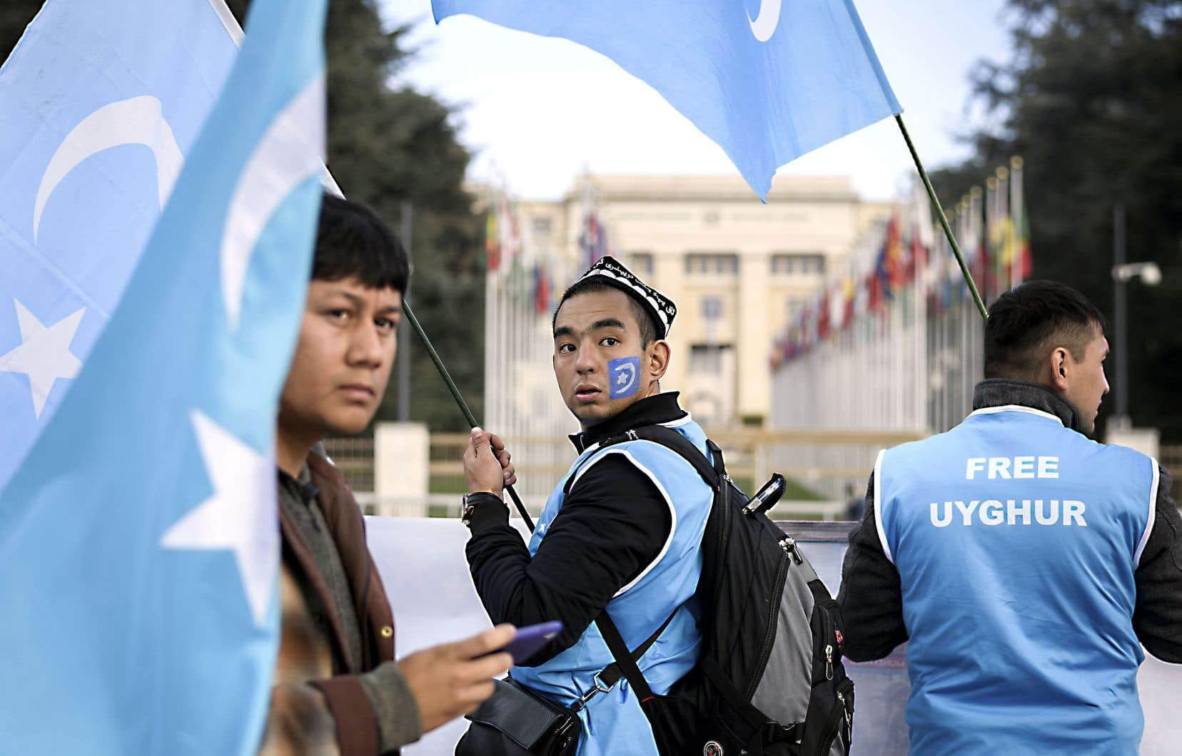 Des Ouïghours ont manifesté contre la Chine, mardi, devant le siège de l'ONU à Genève. Selon des estimations citées en août par un groupe d'experts de l'ONU, près d'un million d'Ouïghours et d'autres membres d'ethnies chinoises de langue turque sont ou auraient été détenus dans des camps de rééducation dans la région autonome du Xinjiang.