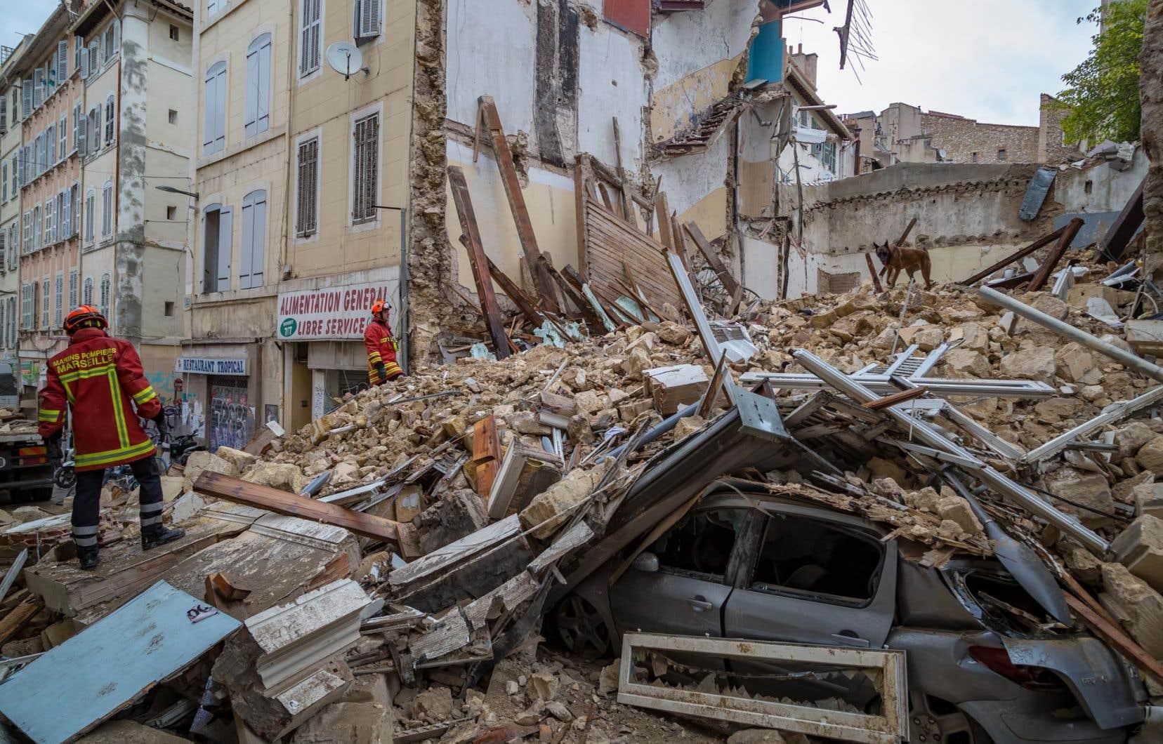 <p>Les recherches pour retrouver d'éventuels survivants ont continué toute la nuit de mardi à mercredi, près de 48 heures après l'effondrement.</p>