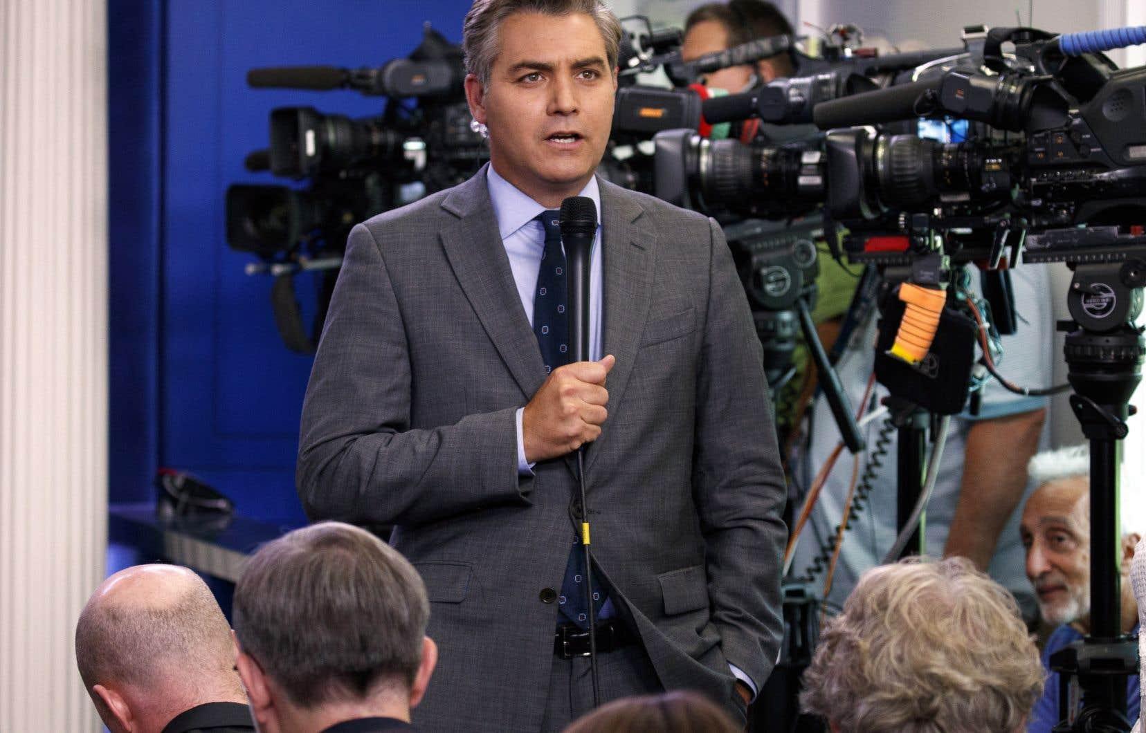 <p>Jim Acosta, engagé dans un échange houleux avec le président républicain, qui ne voulait plus lui répondre, a refusé de rendre le micro à une jeune femme de l'équipe de la Maison-Blanche.</p>