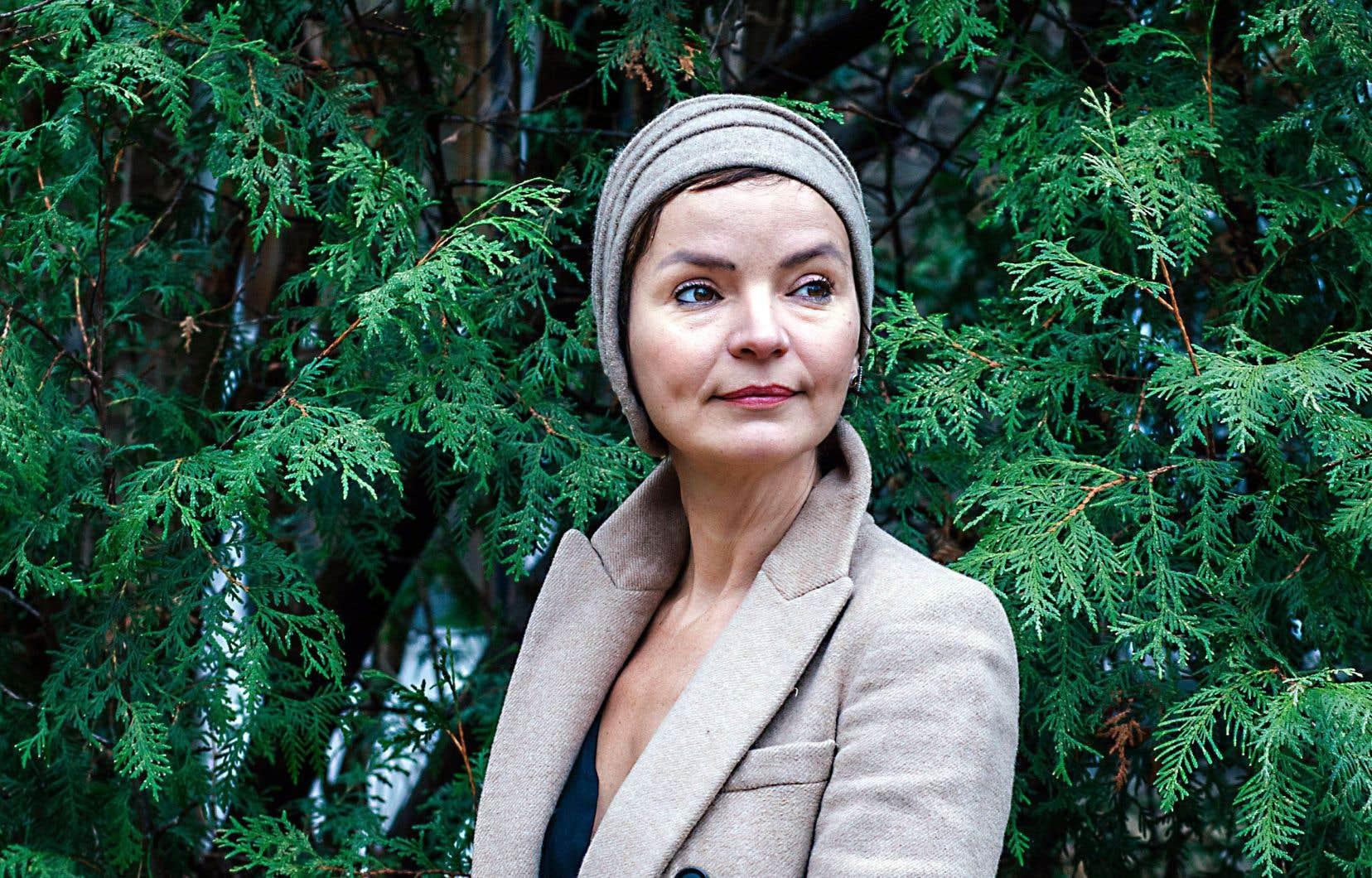Tendre et enveloppante, Anaïs Barbeau-Lavalette parvient à poser un regard très doux et humain sur chacune des femmes.
