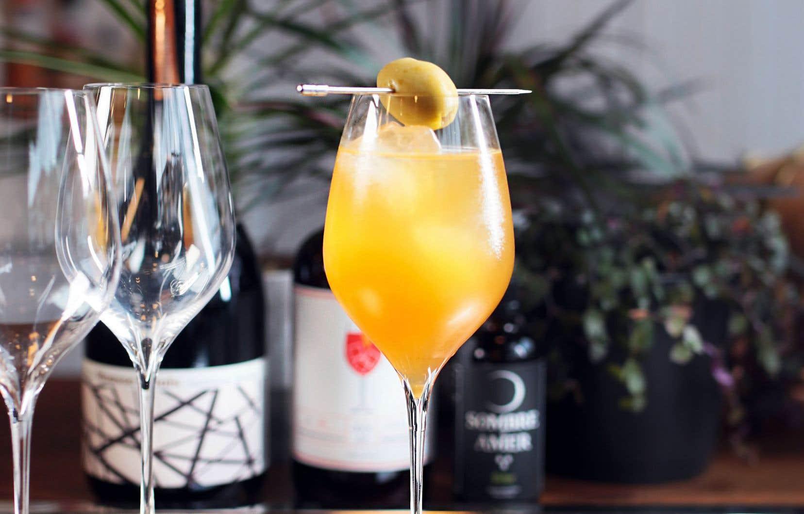 Garnir d'une olive à cocktail sur une pique.