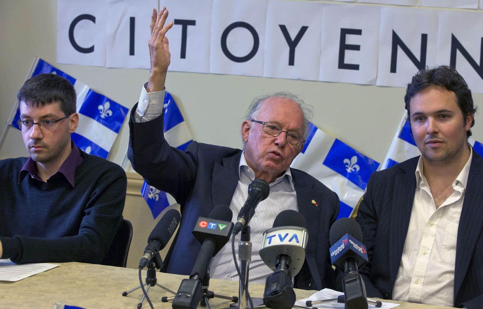Lors d'une conférence de presse, aux côtés de Maxime Laporte (à droite), président de la SSJB, en 2014