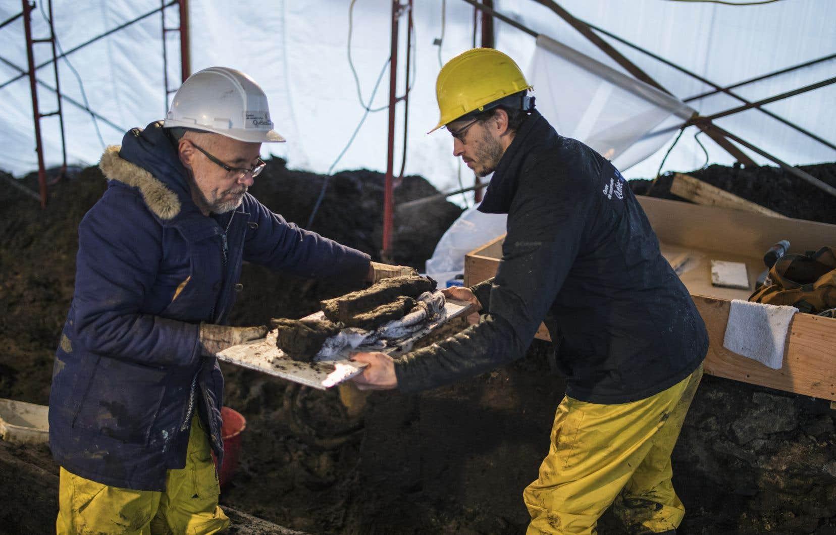 Le démantèlement de la structure de bois est réalisé dans l'urgence pour la mettre à l'abri avant l'hiver.