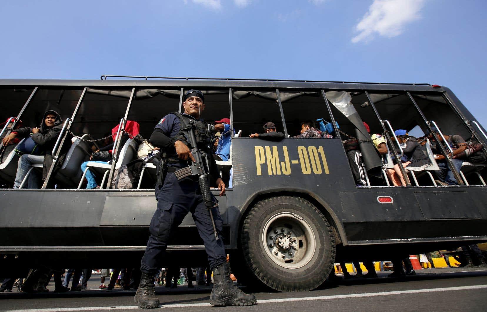 La police de l'État de Mexico et des groupes de défense des droits de la personne ont aidé hommes, femmes et enfants à monter dans des dix-huit roues, en plus de demander aux autobus et camions qui passaient s'ils pouvaient prendre des migrants à leur bord.
