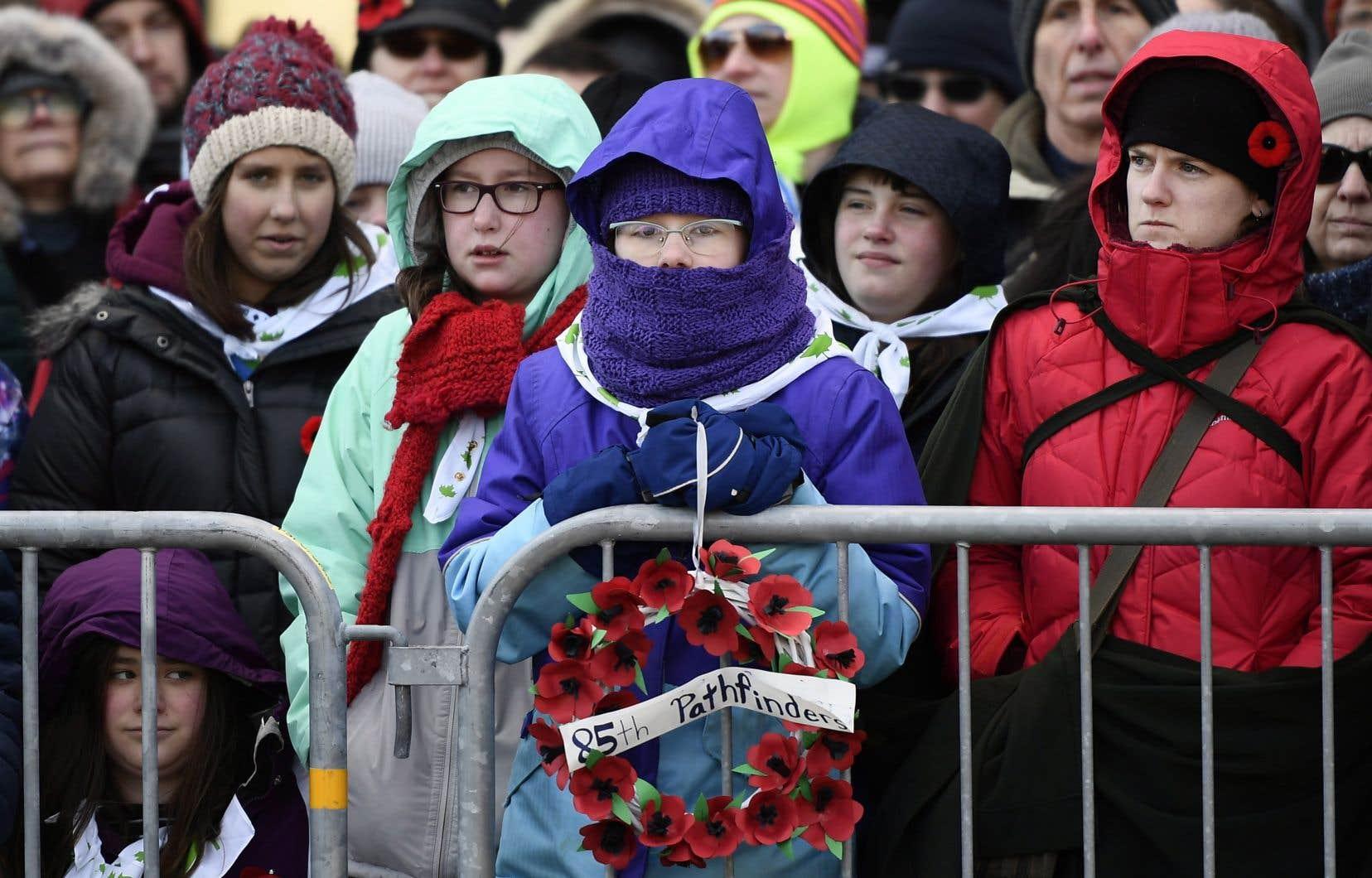 Des citoyens ont bravé le froid mordant pour assister à la cérémonie pour commémorer le centenaire de l'Armistice à Ottawa.
