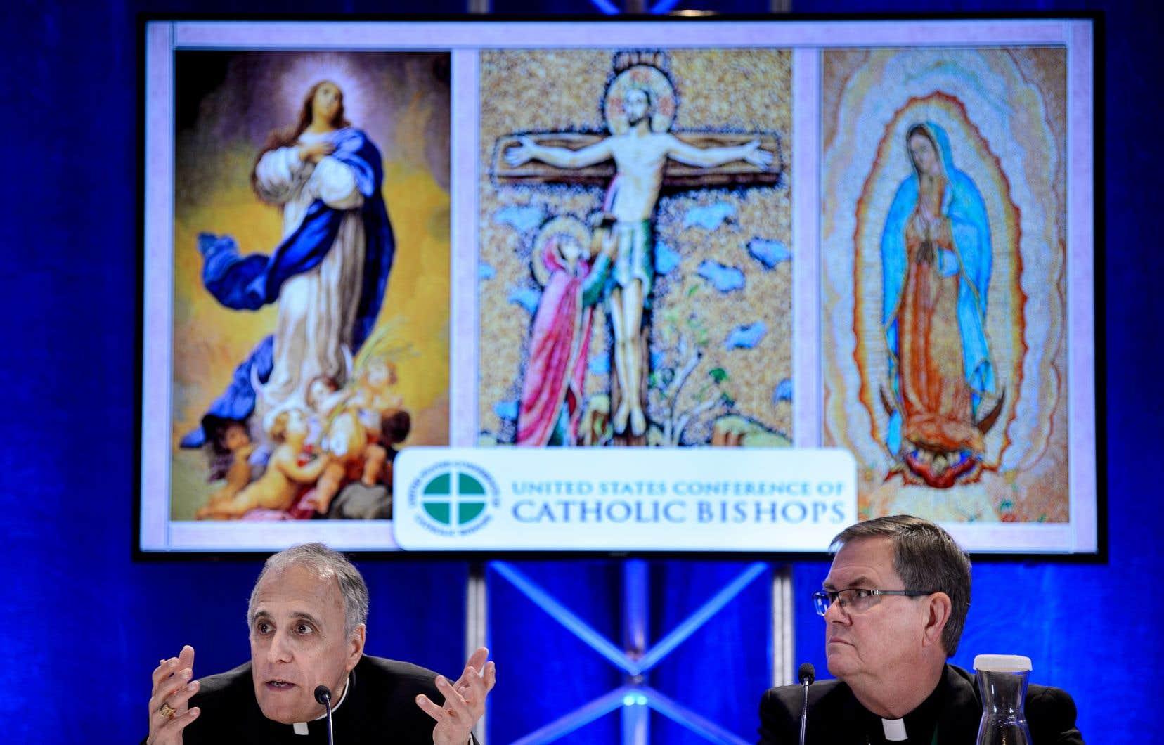 Le cardinal Daniel DiNardo, président de la conférence des évêques américains, en compagnie de l'évêqueTimothy Doherty, président du comité des évêques pour la protection des mineurs.