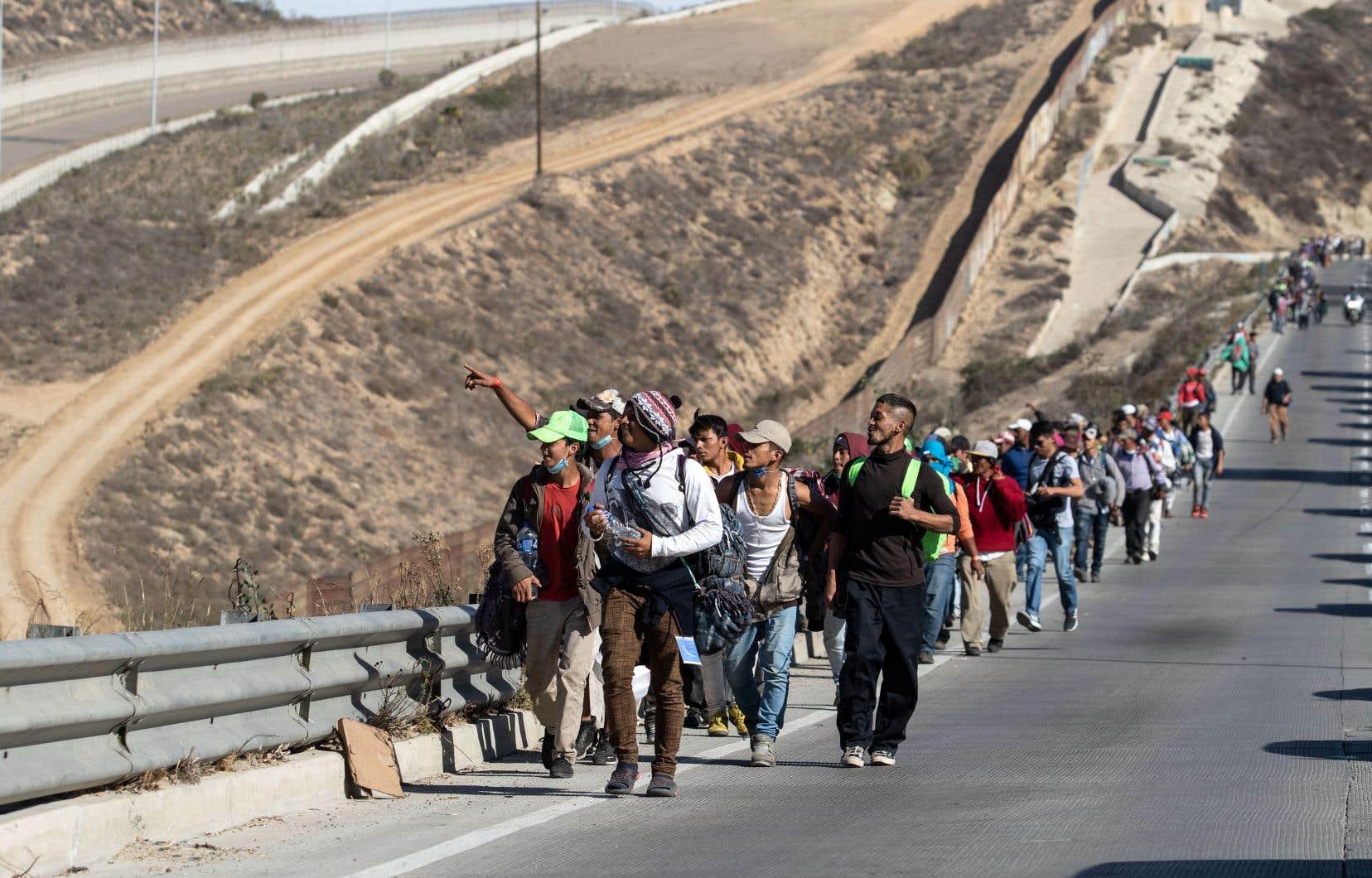 <p>Des groupes ont commencé à arriver à Tijuana, à la frontière avec les États-Unis.</p>
