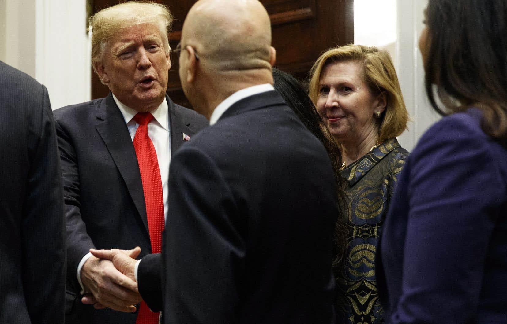 La conseillère Mira Ricardel, en compagnie du président Donald Trump, à la Maison-Blanche