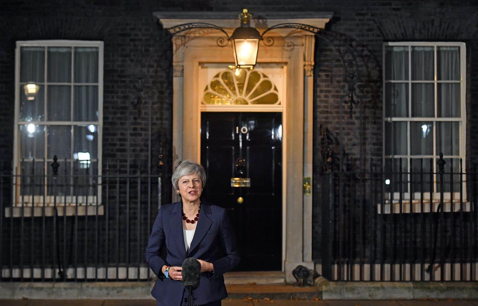 «La décision collective du cabinet est que le gouvernement doit approuver le projet d'accord […] C'est un pas décisif qui va nous permettre d'avancer [...]», a brièvement déclaré TheresaMay aux médias devant sa résidence officielle du 10 Downing Street.