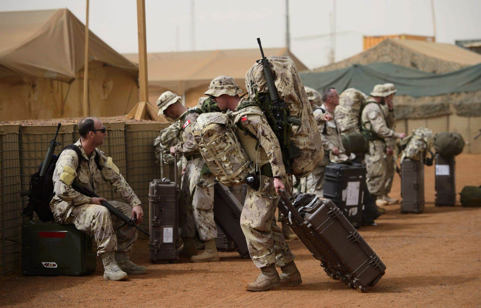 Des soldats canadiens arrivent à la base de l'ONU à Gao, au Mali, lors de leur arrivée en juin dernier.