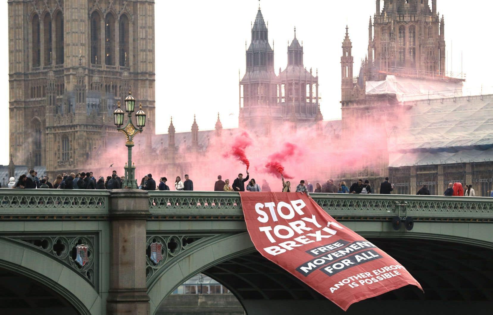 Des manifestants anti-Brexit ont déployé jeudi une bannière sur le pont de Westminster, à Londres, devant le parlement britannique.