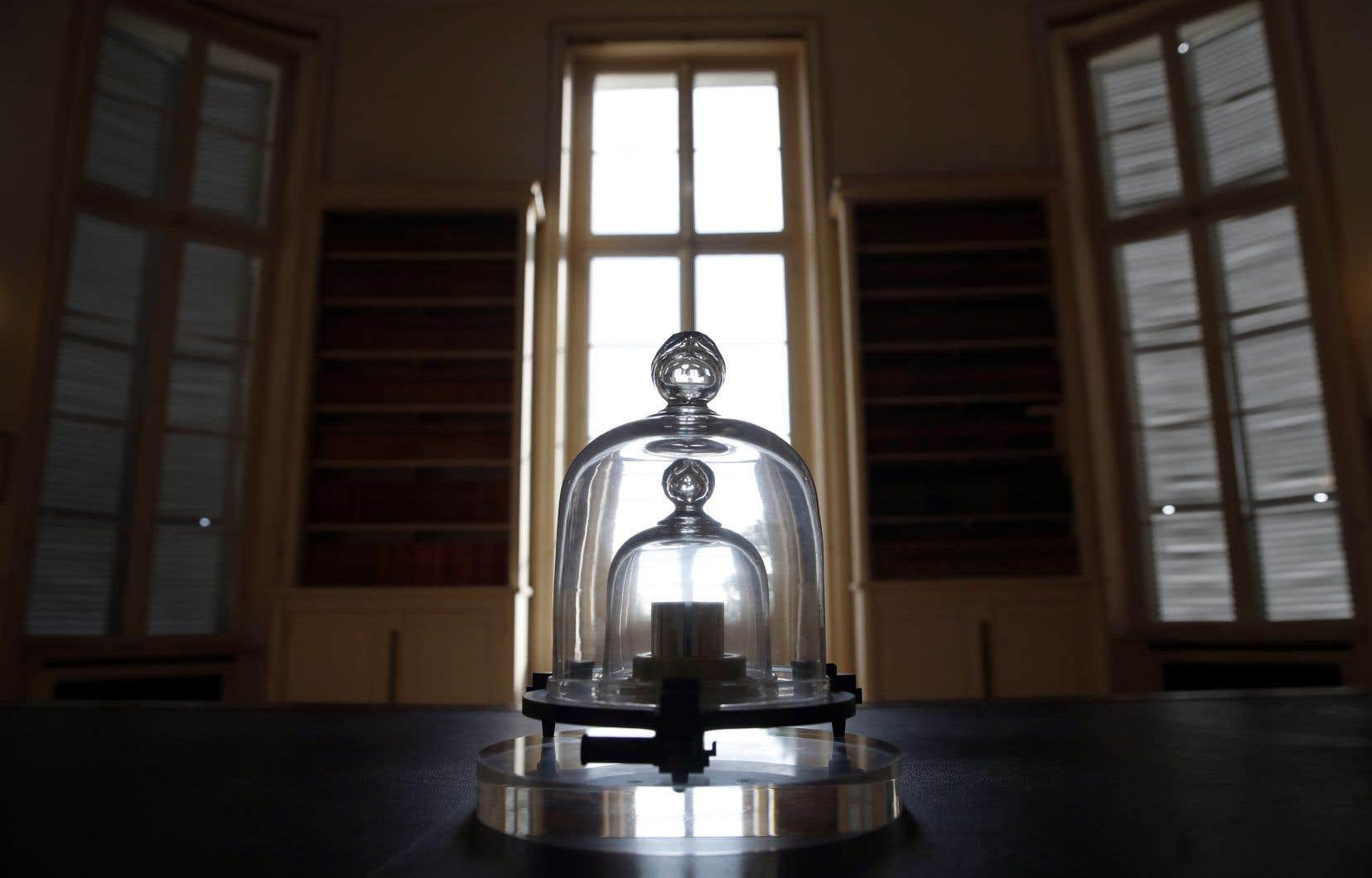 Jusqu'à présent, la masse du kilo était définie par le grand-père de tous les kilos: un cylindre en métal de la taille d'une balle de golf enfermé dans une chambre forte en France.