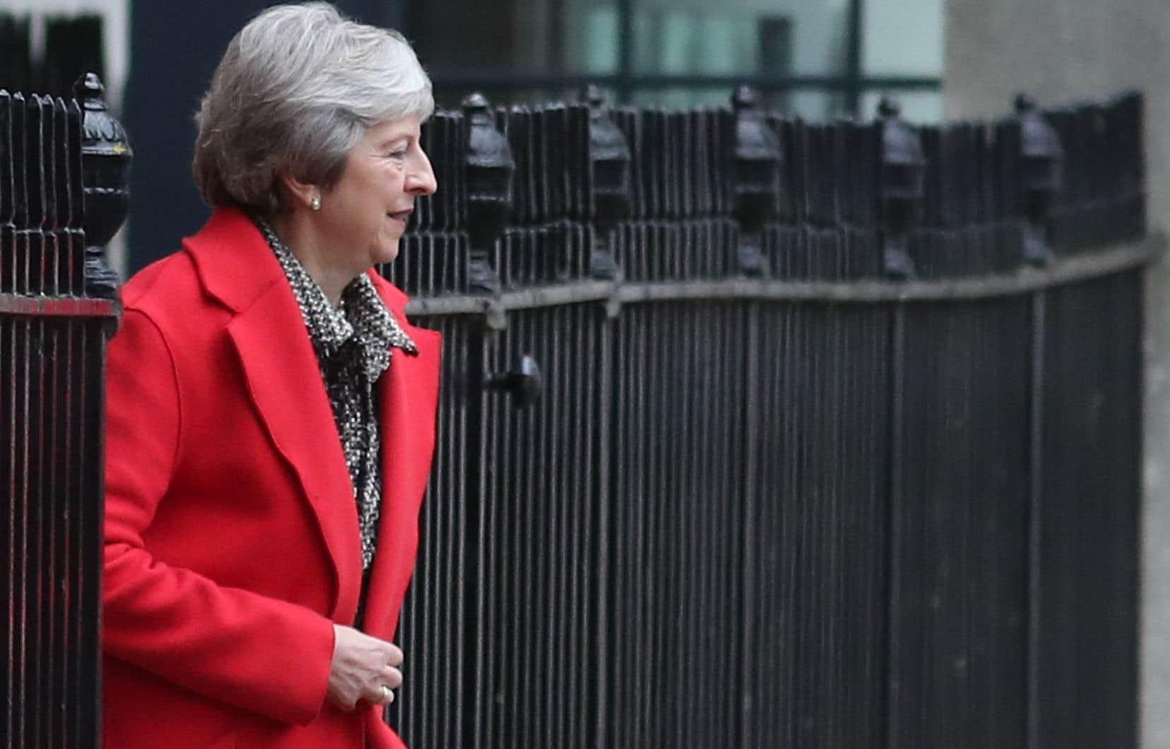 Malgré la démission de plusieurs de ses ministres, dont Dominic Raab, le ministre responsable des négociations sur le Brexit, la première ministre du Royaume-Uni continue de soutenir son projet de Brexit.