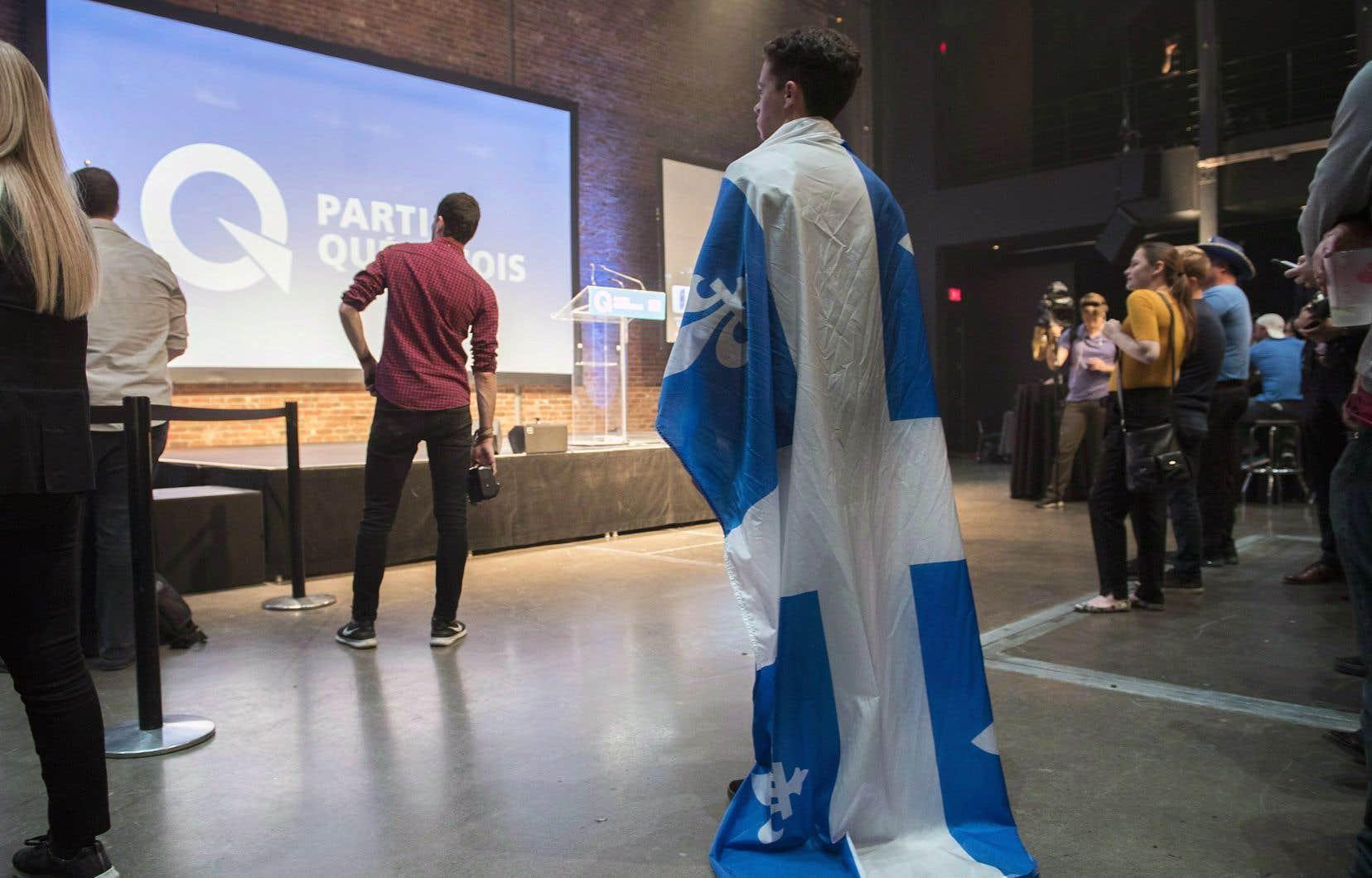 Un jeune sympathisant du Parti québécois scrute les résultats, lors de la soirée électorale du 1er octobre dernier, qui s'est soldée par une défaite importante pour la formation politique indépendantiste.