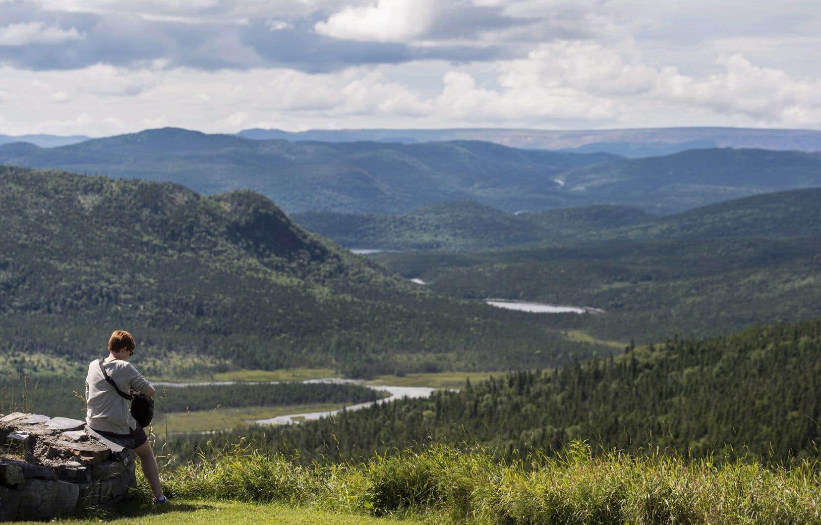 Une touriste visite le Parc national du Gros-Morne, dans la région de Terre-Neuve.