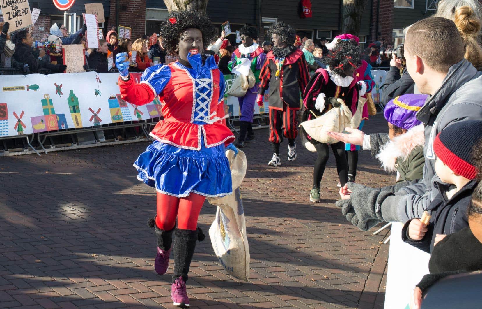 Saint Nicholas est arrivé accompagné de nombreux lutins Zwarte Piet (littéralement «Pierre le Noir»), l'équivalent du père Fouettard, à Zaandijk, aux Pays-Bas. La personnification de ce personnage, «joué» par des Néerlandais blancs costumés en lutin, coiffés d'une perruque crépue et maquillés de noir, est jugée raciste par de plus en plus de gens.