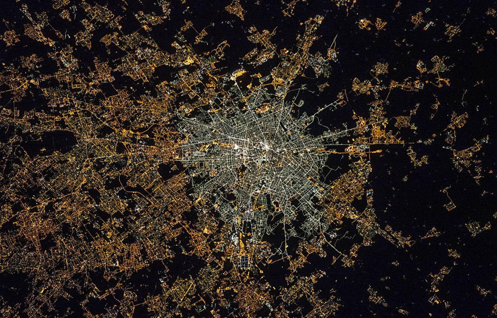 Une photo aérienne de la région de Milan, en Italie, prise en 2015 de la station orbitale internationale, montre la différence de couleur entre la lumière blanche des lampadaires DEL de la ville et celle jaunâtre de l'éclairage traditionnel au sodium toujours en usage dans les banlieues.