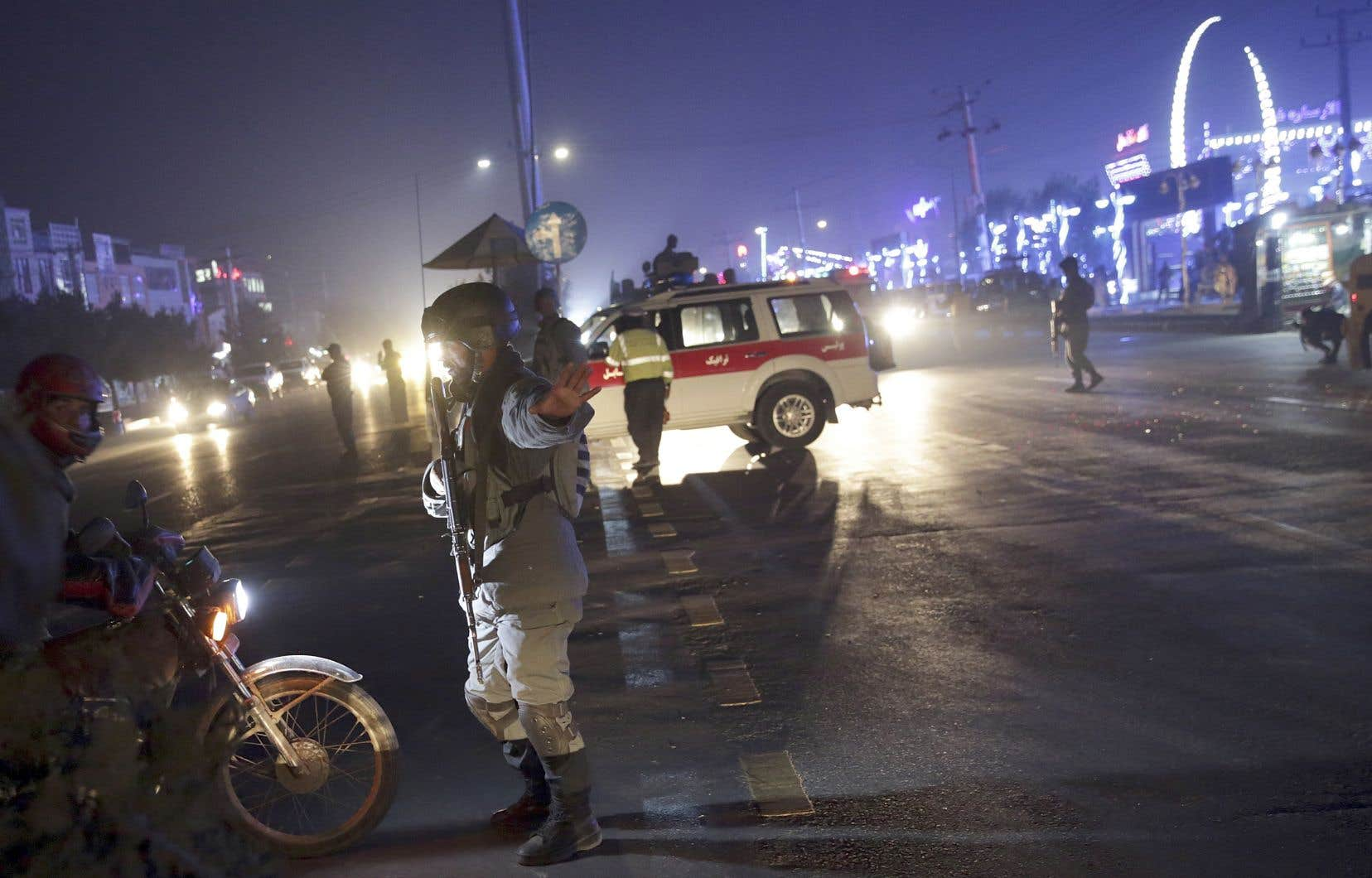 Cet attentat survient à un moment où le pays est toujours englué dans une spirale de la violence, mais où des espoirs de pourparlers de paix entre gouvernement et talibans pourraient poindre.